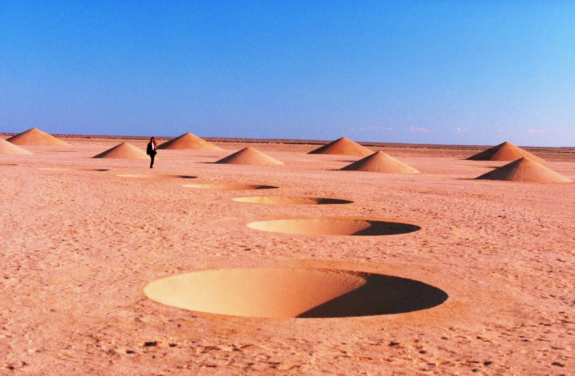 ظهرت بالصحراء بمصر قبل 20 عاماً.. ما قصة هذه الأشكال المتلاشية؟