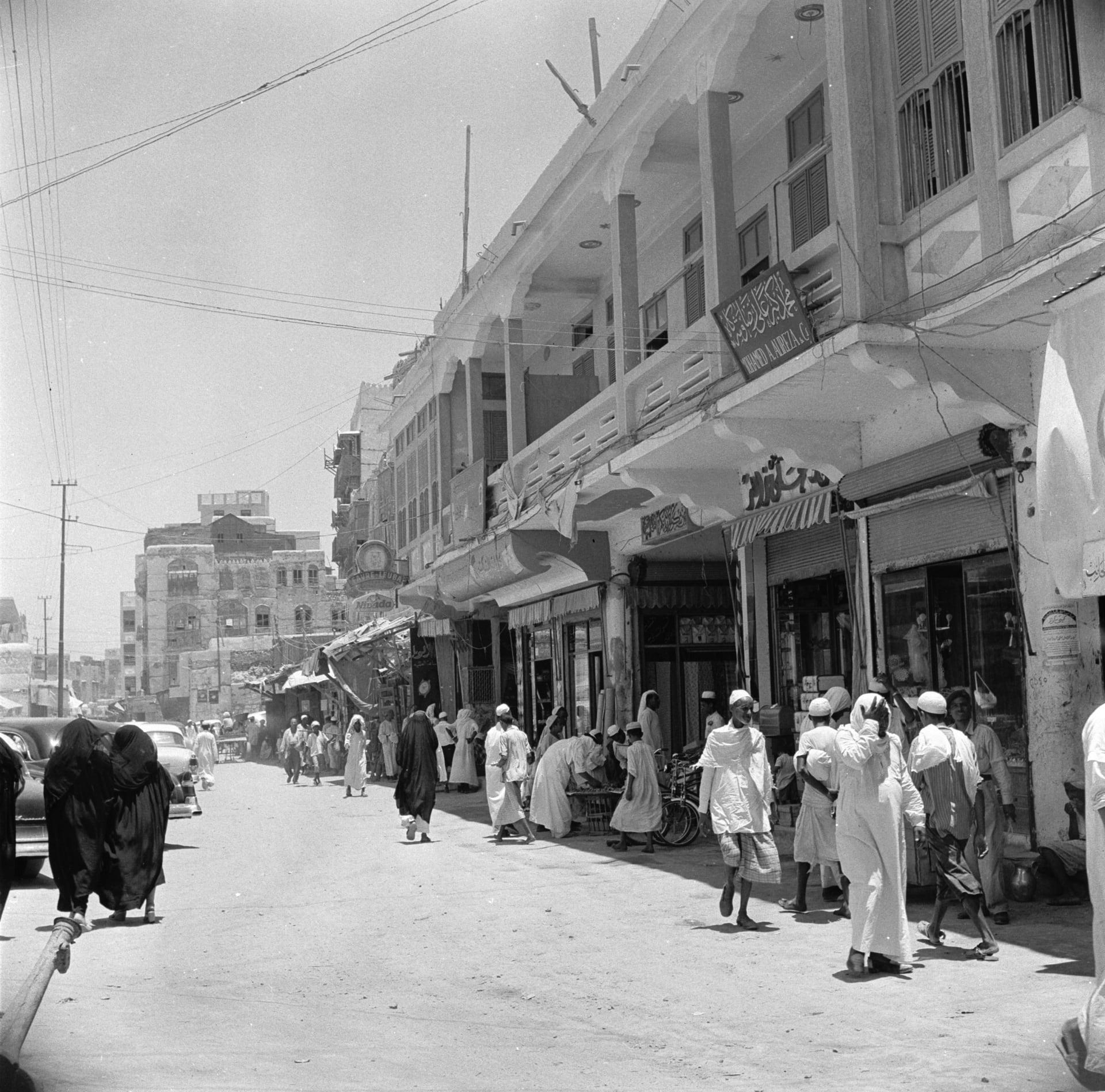 صورة أرشيفية لشارع تجاري في جدة، السعودية، حوالي العام 1956.