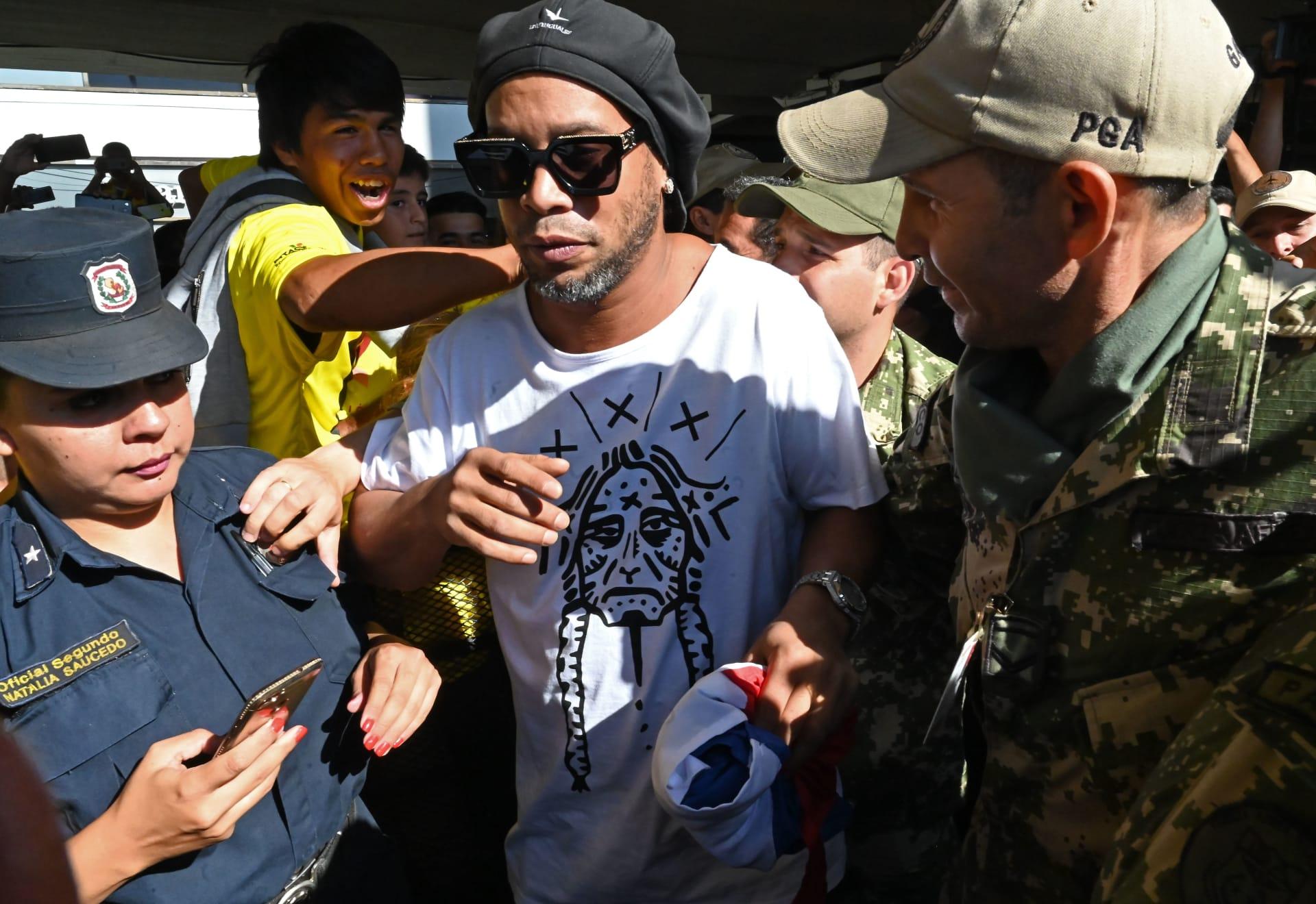 احتجاز رونالدينيو وشقيقه في باراغواي لدخولهما البلاد بجوازات سفر مزيفة