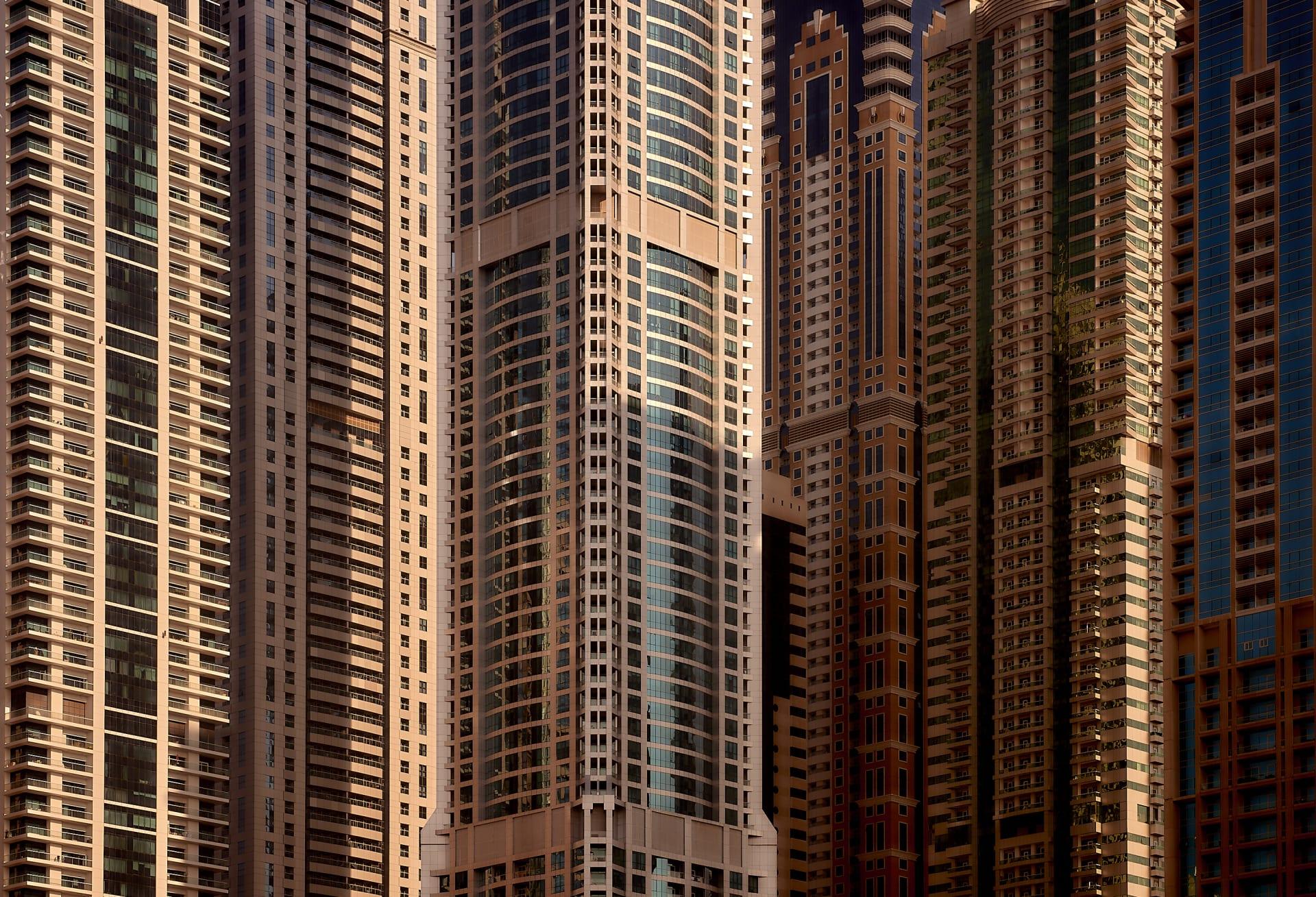 بمختلف درجات اللون الذهبي.. مصور يُعيد استكشاف جمال ناطحات سحاب دبي