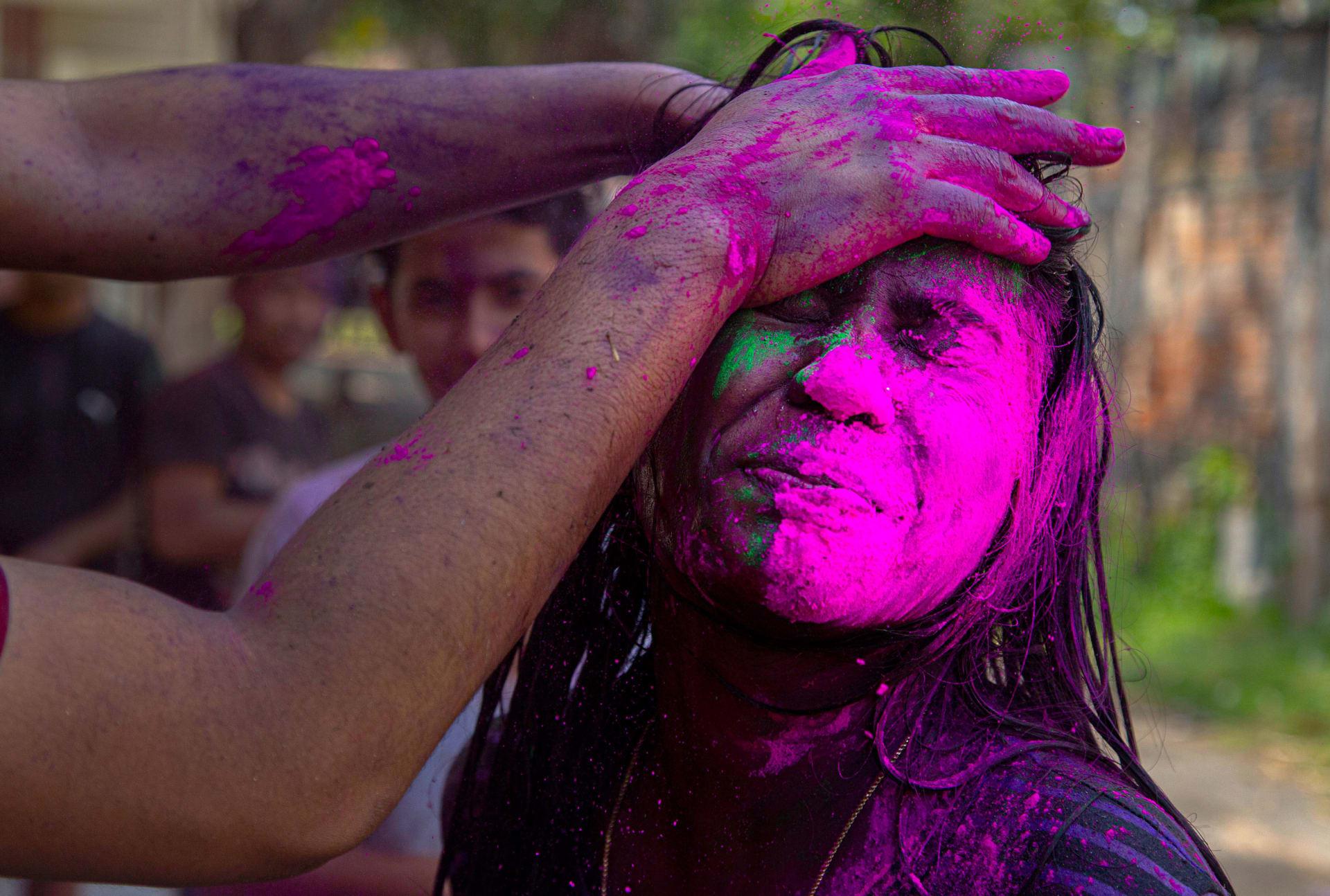 باستخدام الأقنعة.. مهرجان الألوان بالهند يستمر رغم مخاوف فيروس كورونا