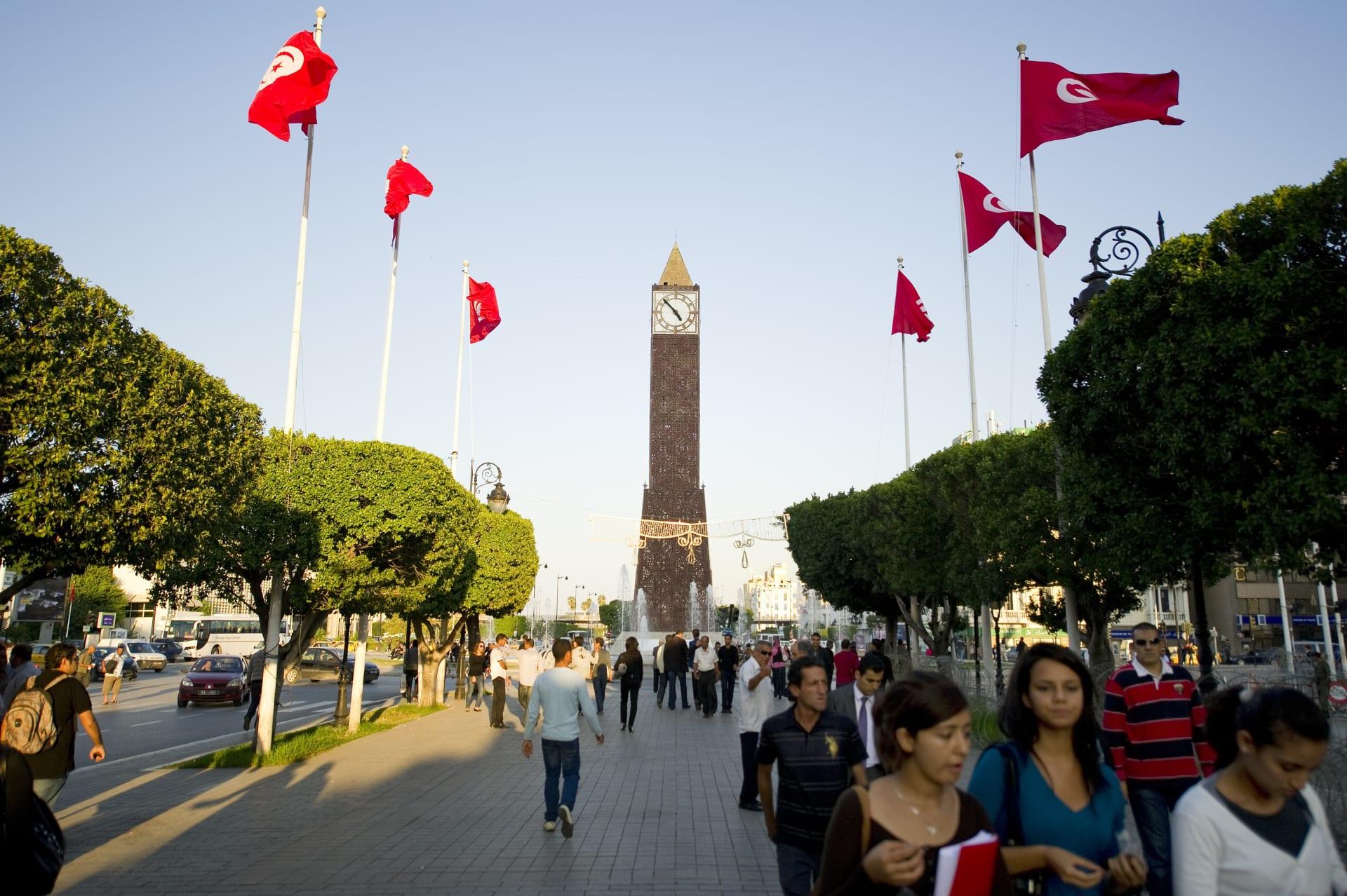 عدد من المارة في شارع الحبيب بورقيبة في وسط العاصمة التونسية