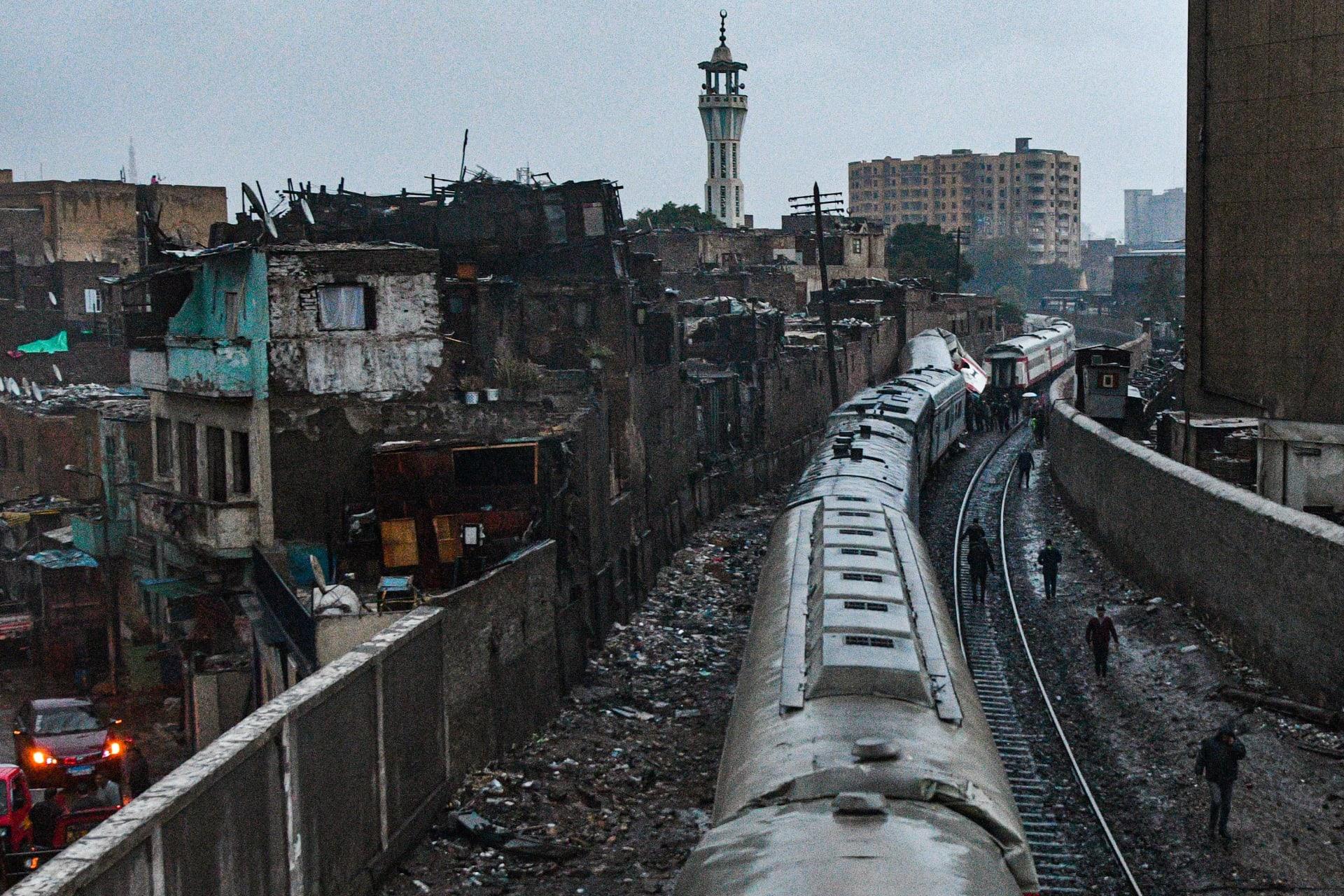 إصابة 13 شخصًا في تصادم قطارين في مصر.. وإيقاف الرحلات بسبب الطقس السيئ