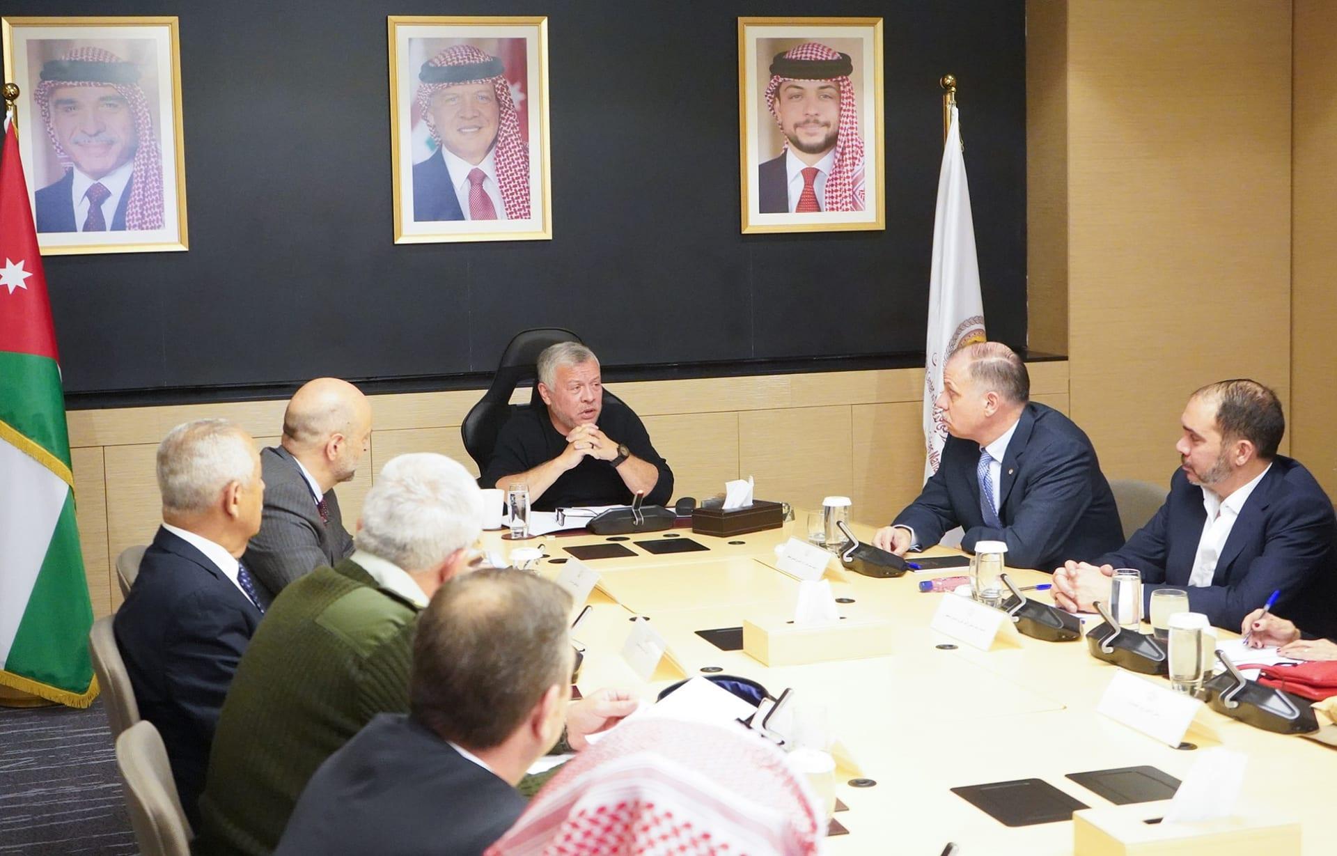 """مصادر لـCNN: العاهل الأردني أجري فحص كورونا.. وهكذا صافح الملك حضور """"إدارة الأزمات"""""""