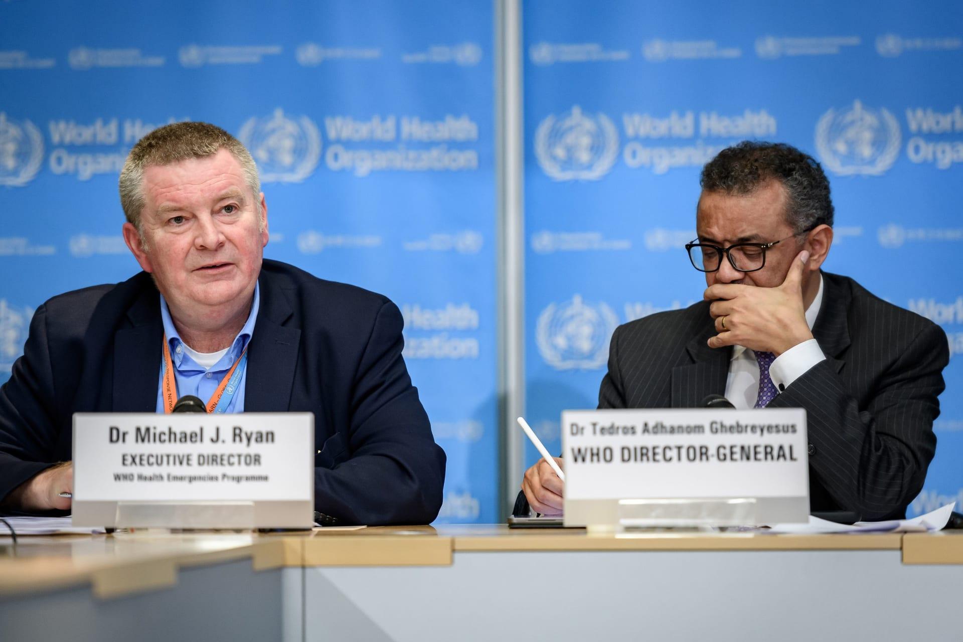 المدير العام لمنظمة الصحة العالمية ومايك رايان المدير التنفيذي لبرنامج الطوارئ الصحية بالمنظمة