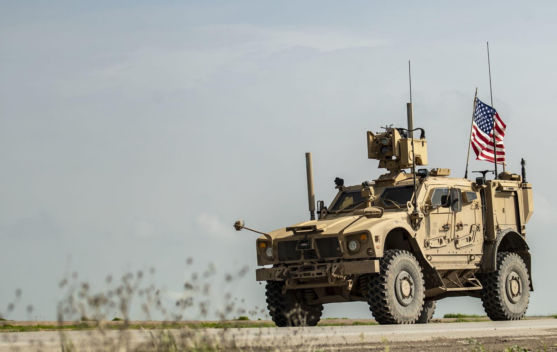 سيارة عسكرية ضمن دورية للقوات الأمريكية في شمال سوريا