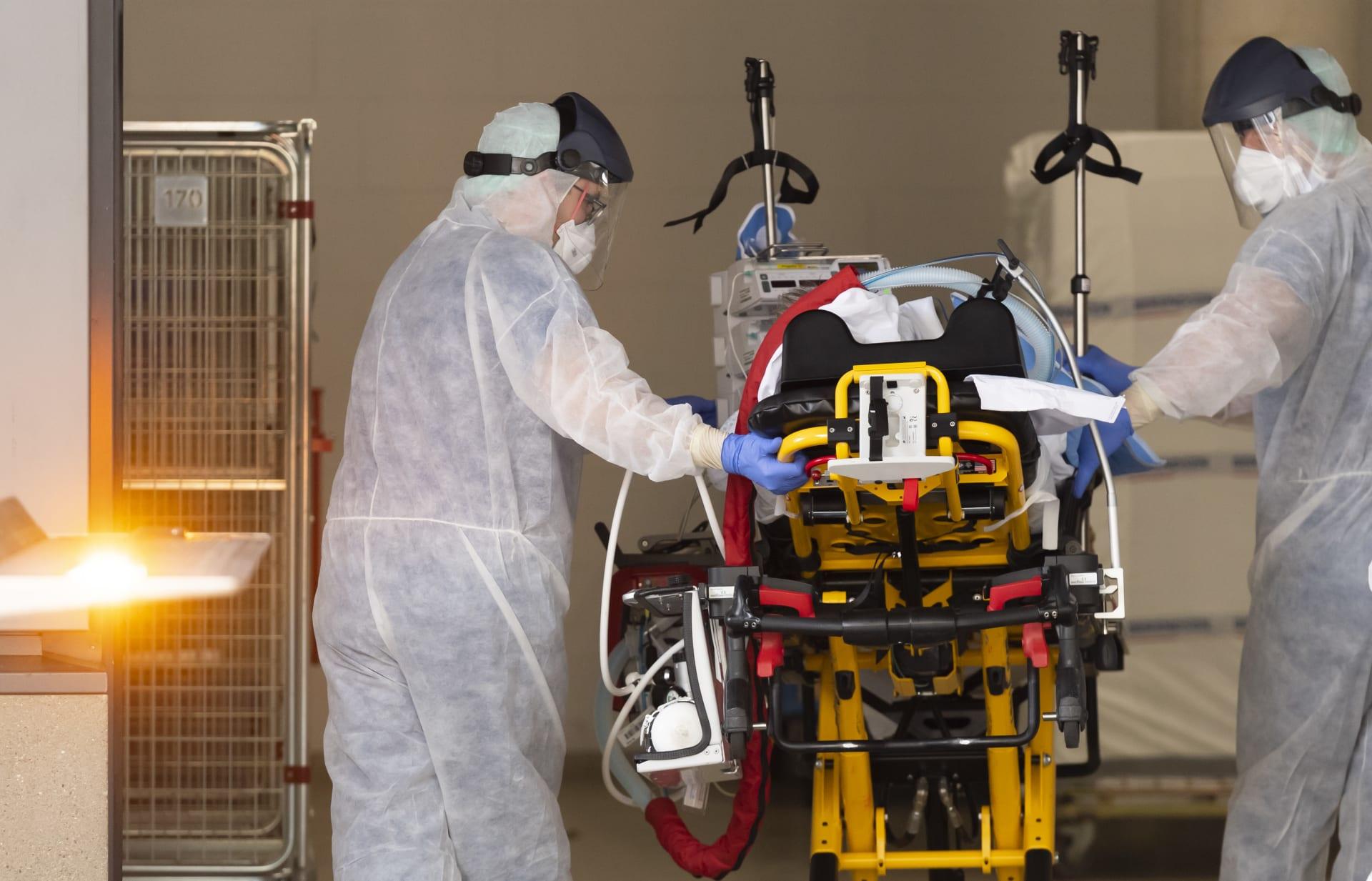 طاقم طبي ينقل أحد المصابين بفيروس كورونا المستجد في إيطاليا