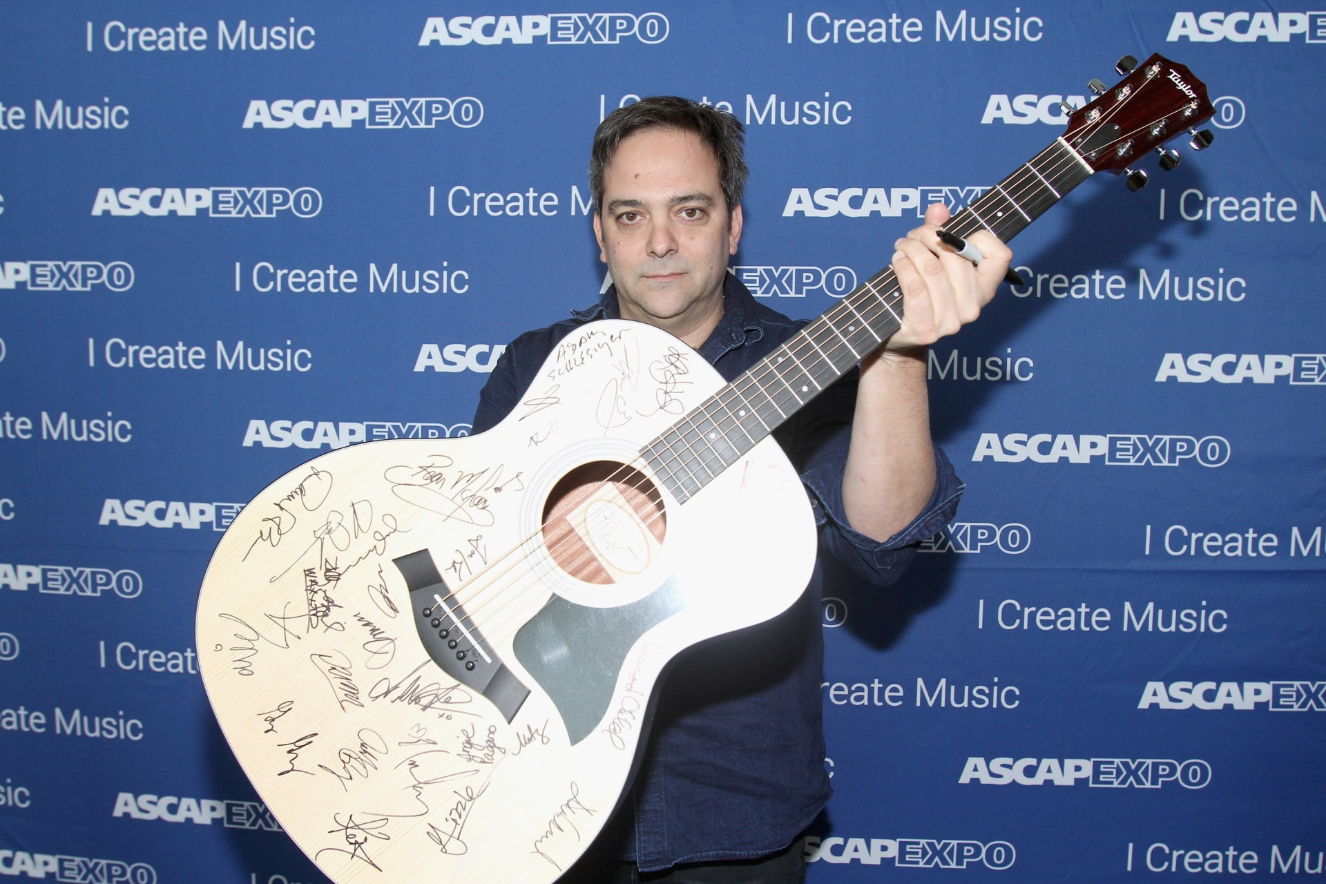وفاة الموسيقي آدم شليزنغر متأثرًا بمضاعفات فيروس كورونا