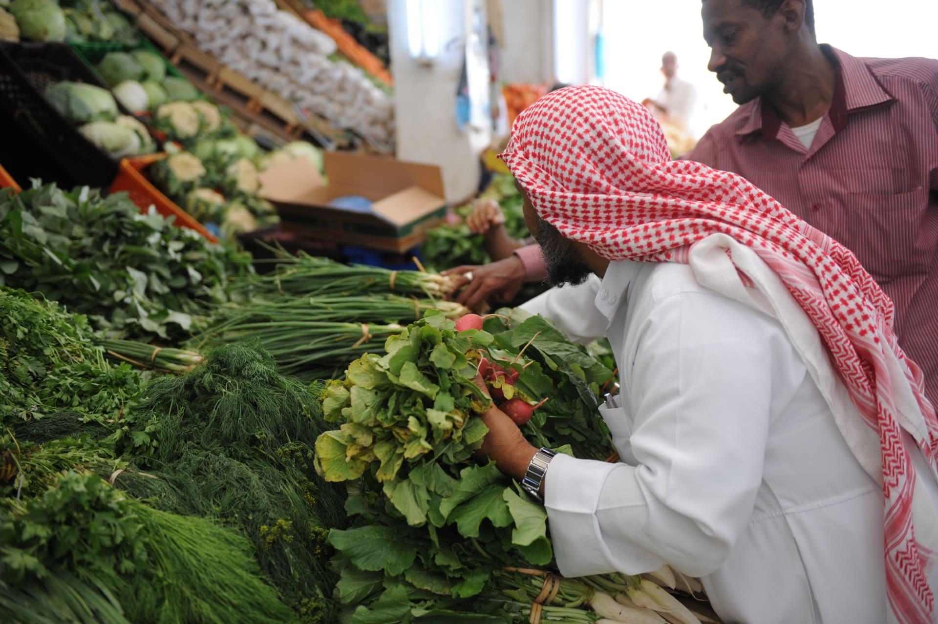 """في رد على تغريدة حول نقص المواد الغذائية.. أمير سعودي لحمد بن جاسم: """"خليك في البيت"""""""