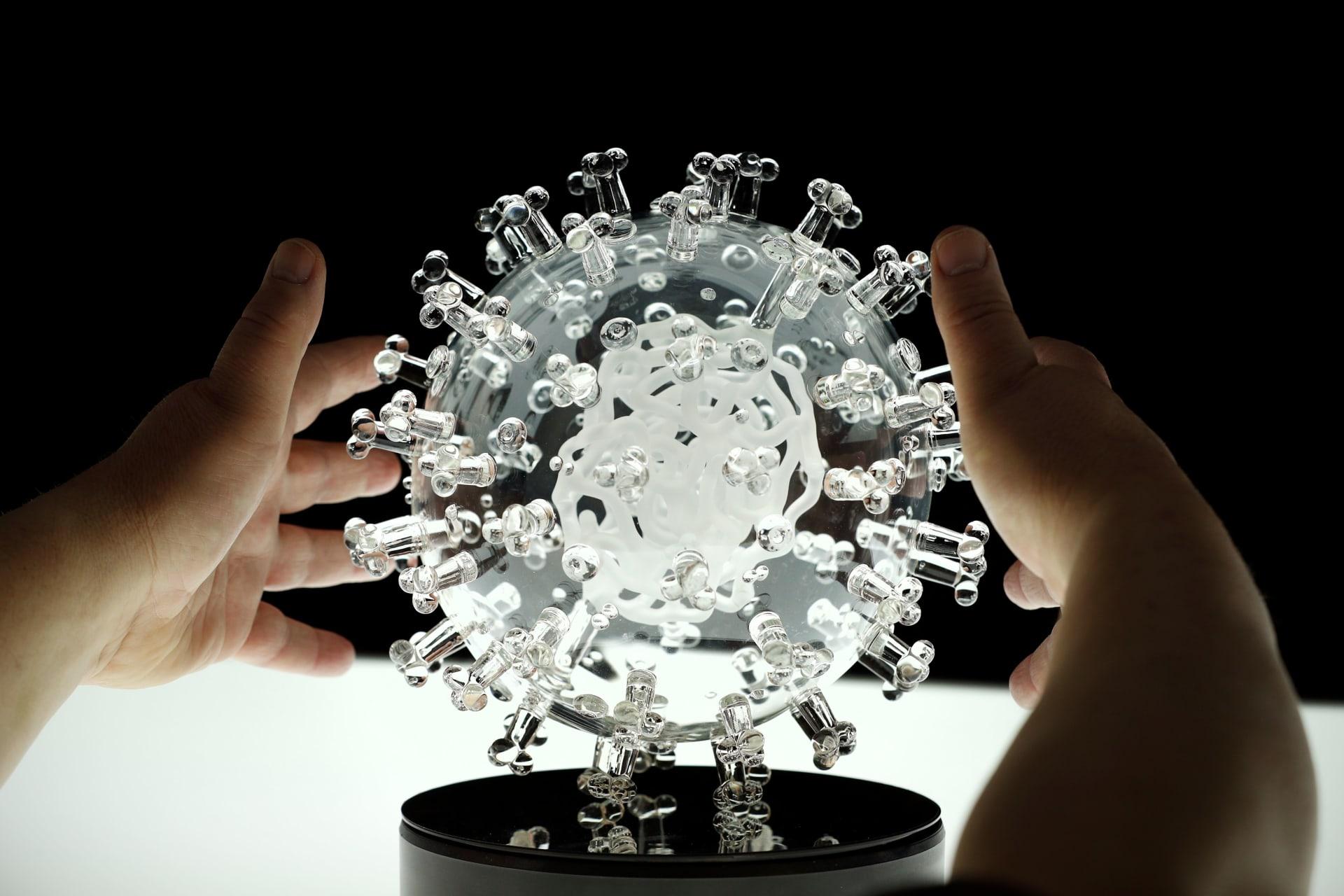هل تعلم كيف يبدو فيروس كورونا في الحقيقة؟ فنان بريطاني يبين ذلك