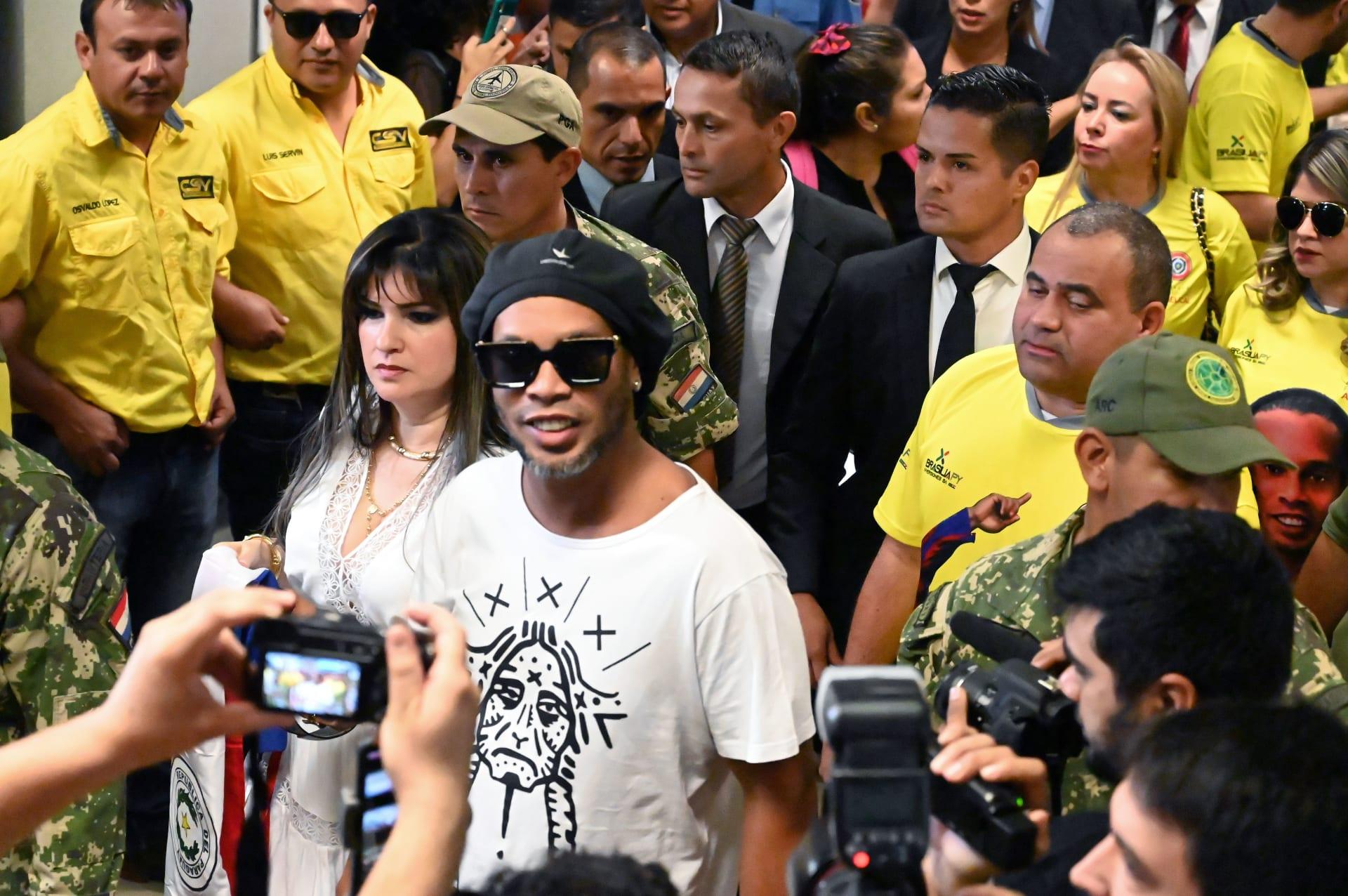 وضع النجم البرازيلي رونالدينيو وشقيقه تحت الإقامة الجبرية في باراغواي