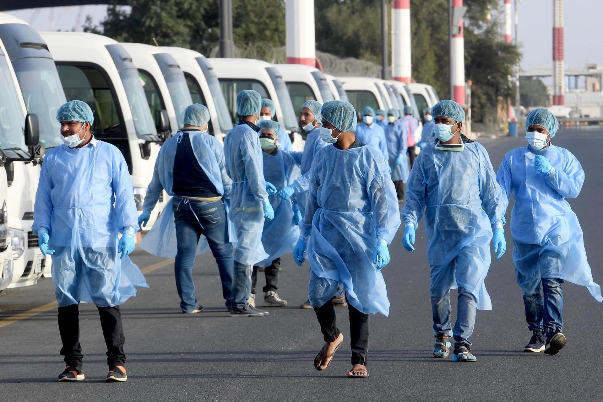 عمال طبيون في الكويت يستعدون لإجراءات الكشف على عدد من القادمين من الخارج بعد تفشي فيروس كورونا