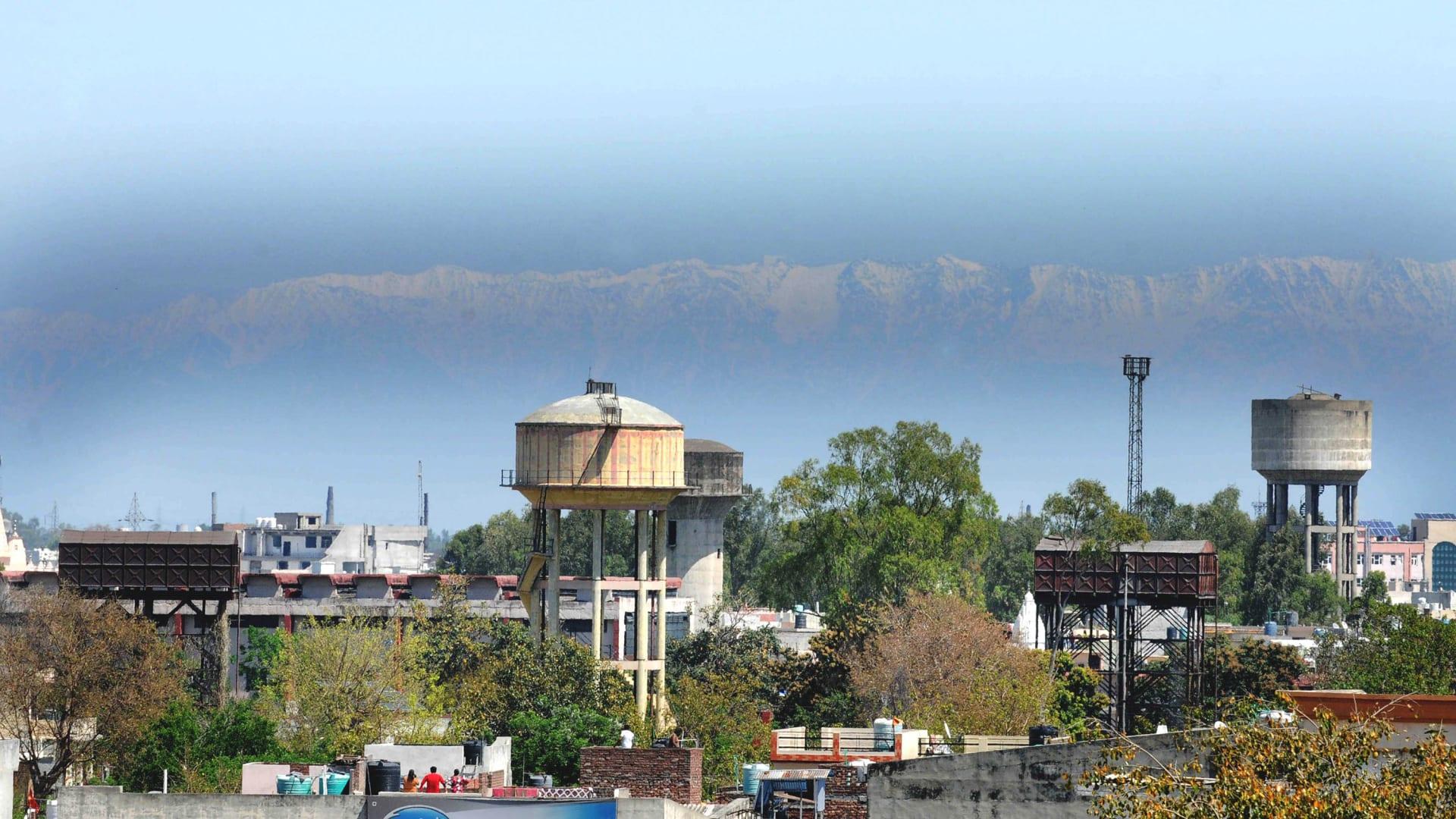 لأول مرة من عقود.. سكان الهند يرون جبال الهيمالايا بسبب انخفاض التلوث