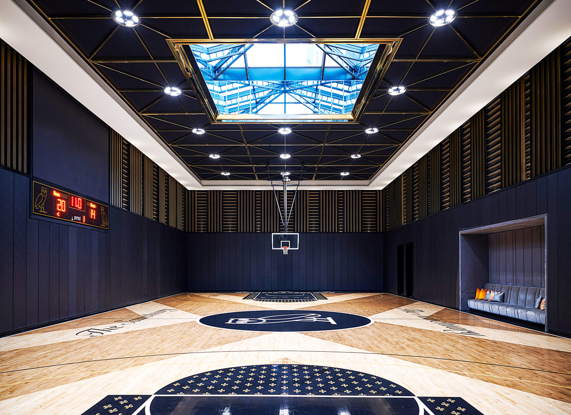 يضم ملعب كرة سلة..إلقى نظرة داخل قصر دريك الفاخر في تورونتو