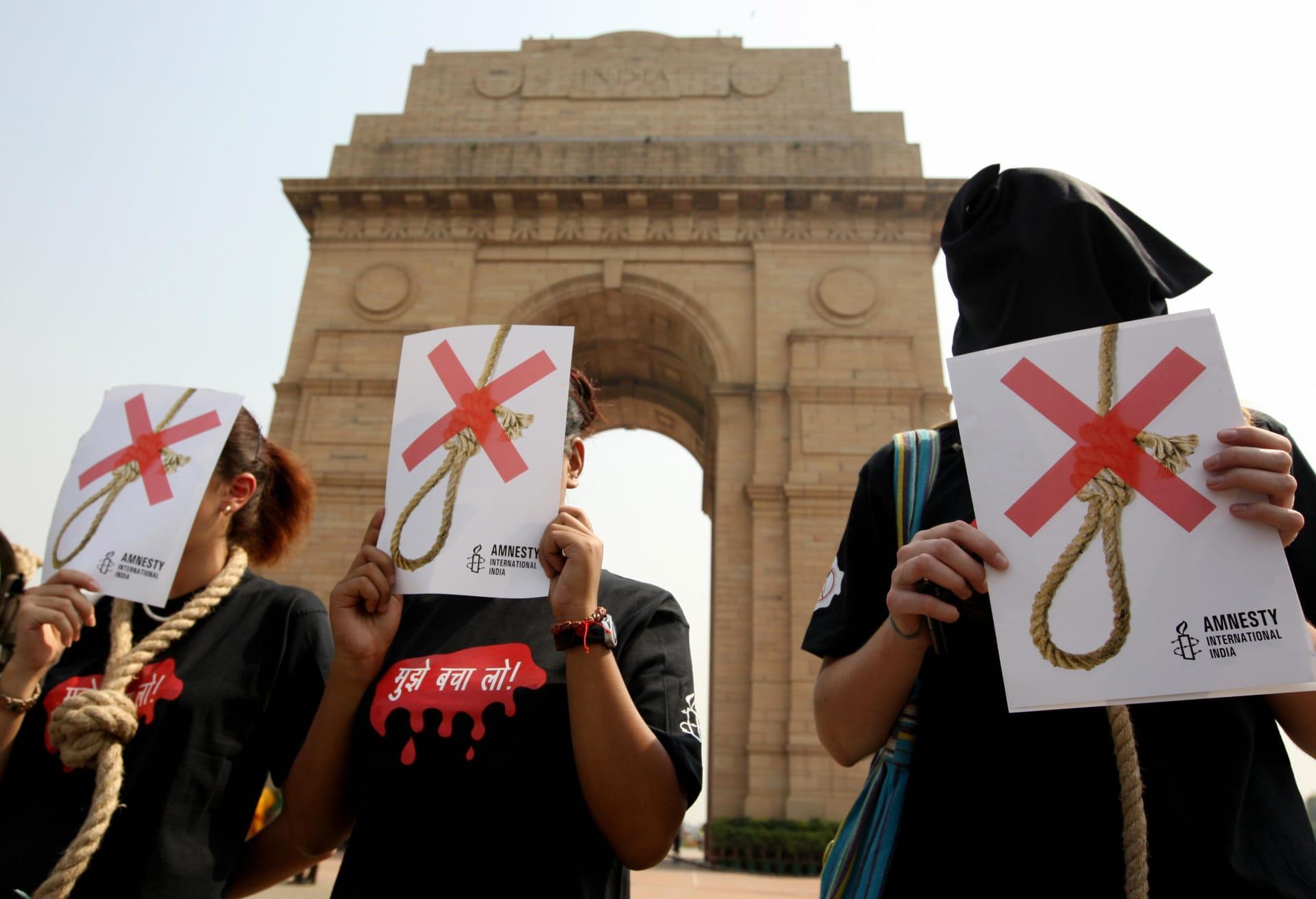 صورة أرشيفية لنشطاء من منظمة العفو الدولية يتظاهرون ضد عقوبة الإعدام