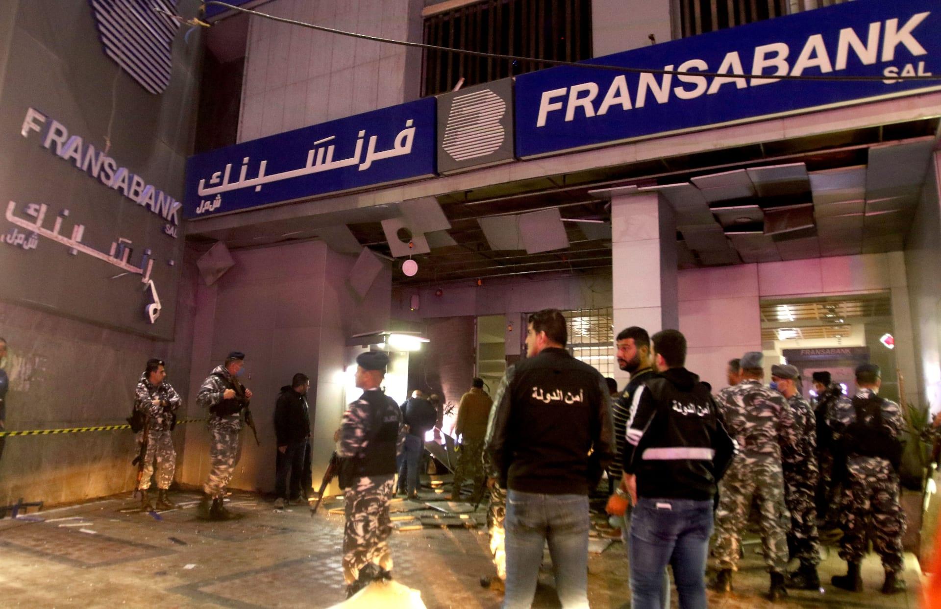 """لبنان: انفجار قنبلة يستهدف بنكًا.. وكتابة """"أنتم بخطر"""" على واجهات مصارف صيدا"""