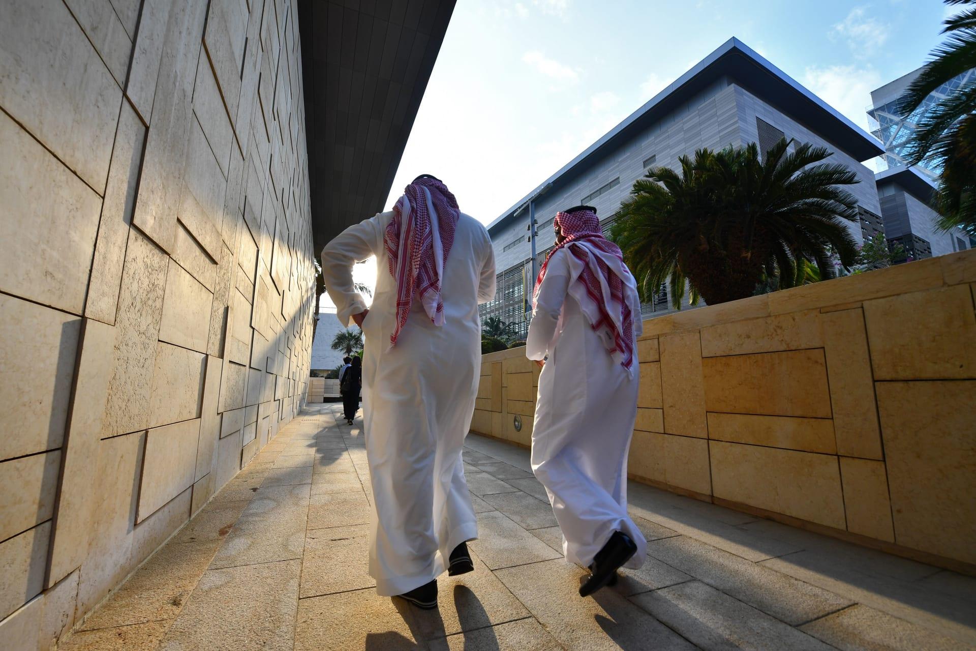 صورة أرشيفية (تعبيرية) لرجلين يسيران بحرم جامعة الملك عبدالله للعلوم والتكنولوجيا