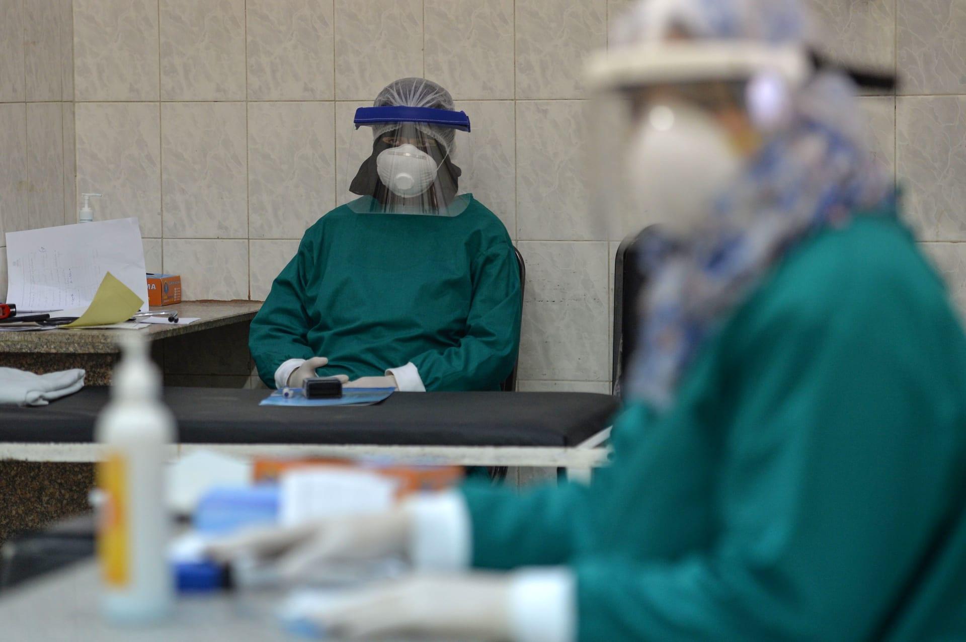 فريق طبي بأحد مستشفيات العاصمة المصرية القاهرة بعد تفشي فيروس كورونا