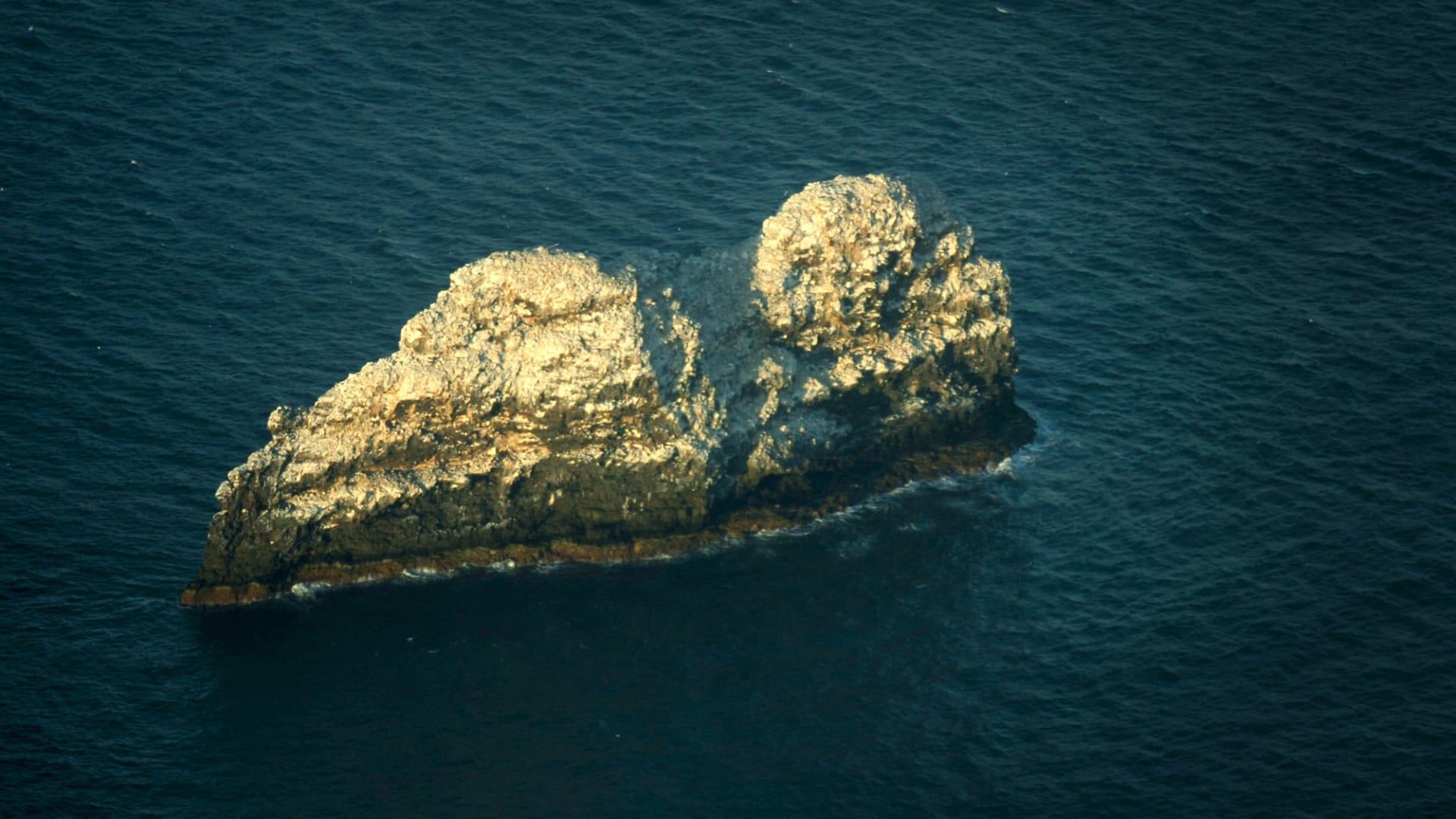 أسفل قمتين صخريتين في هاواي.. هنا يقع أكبر بركان في العالم