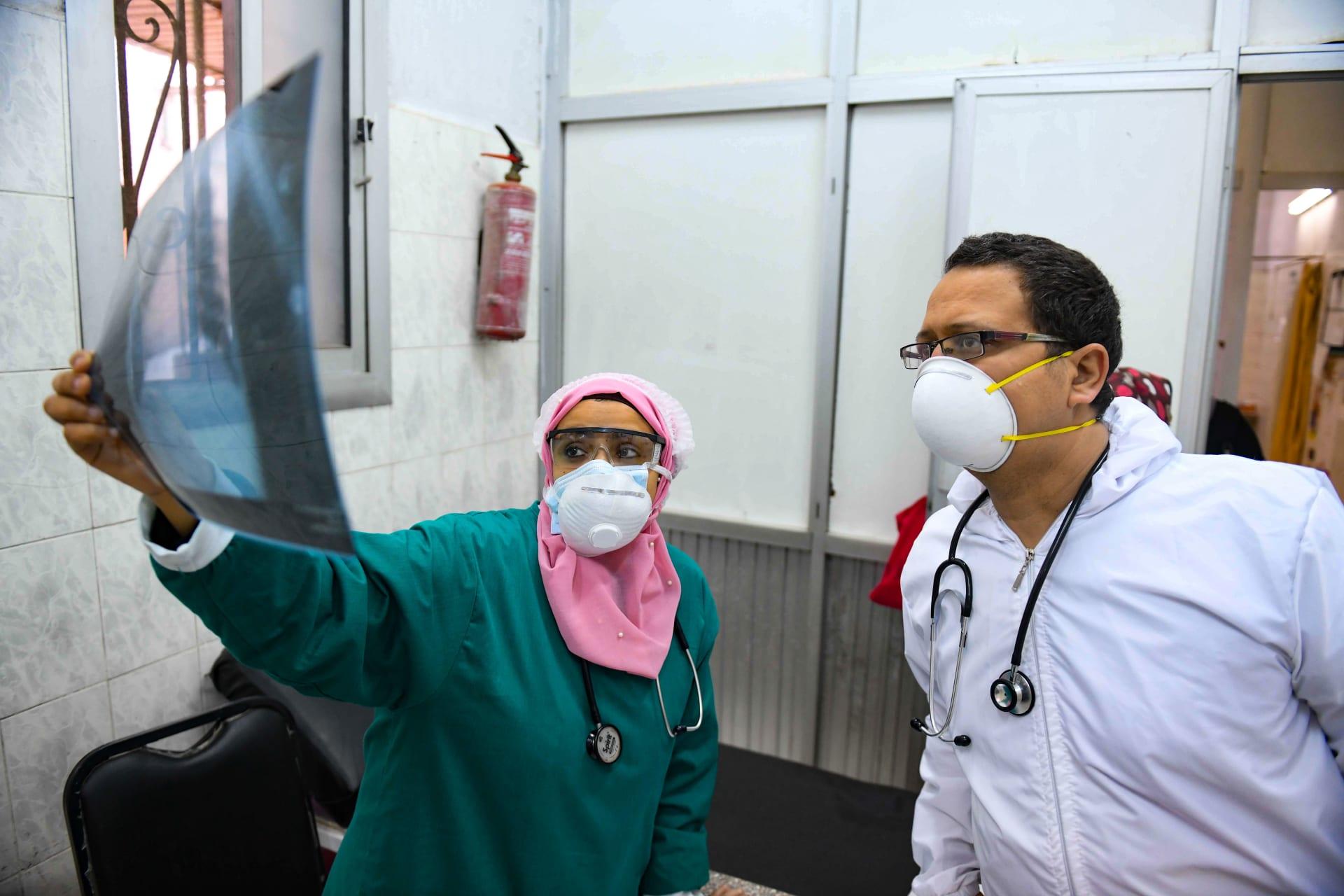 أطباء مصريون يتابعون الأشعة الخاصة بأحد المرضى المصابين بفيروس كورونا
