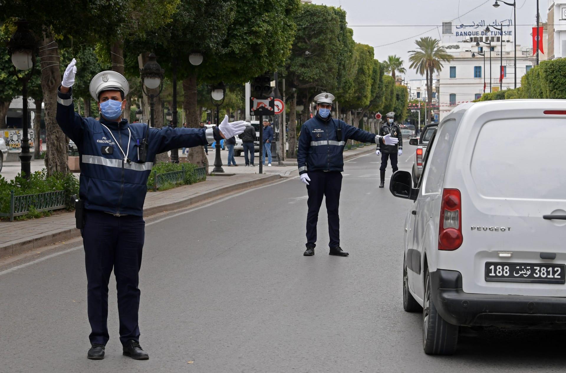 الشرطة التونسية تنظم حركة المرور في شارع الحبيب بورقيبة في وسط العاصمة