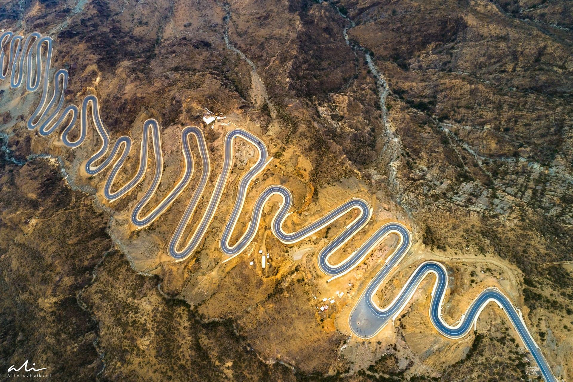 يجب أن تشاهده من الأعلى.. صور جوية بالسعودية تبين المظهر الحلزوني الفريد لهذا الطريق الجبلي