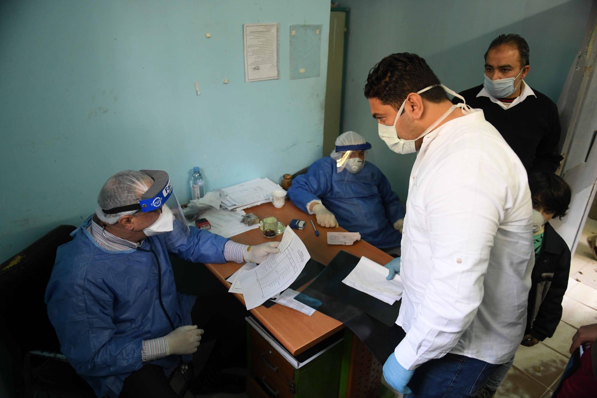 العفو الدولية: العاملون بالصحة في مصر يواجهون خيارا مستحيلا في ظل كورونا