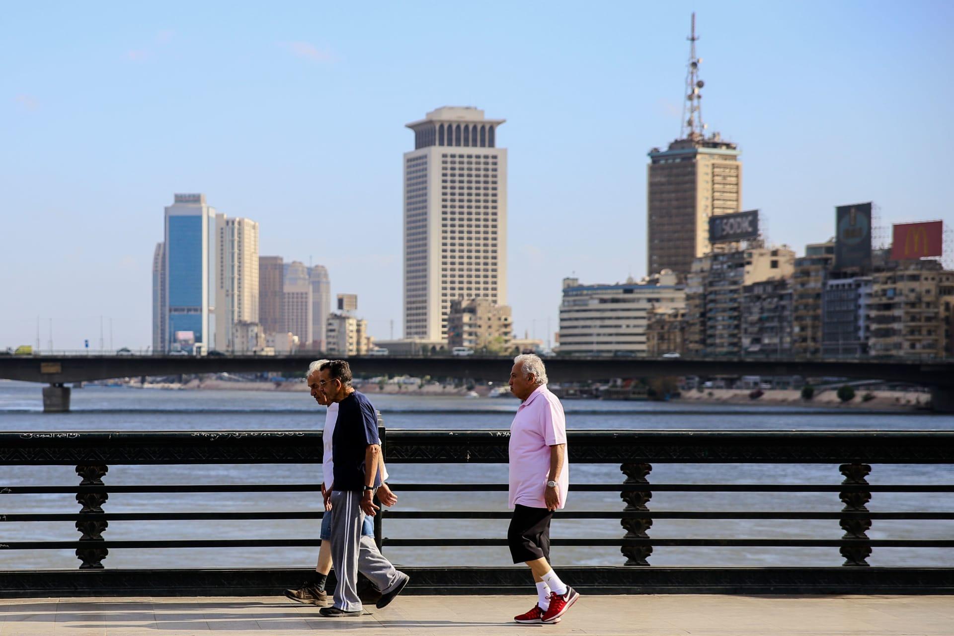 مصر تعلن خطة التعايش مع كورونا: إعادة فتح المطاعم والمقاهي ودور العبادة