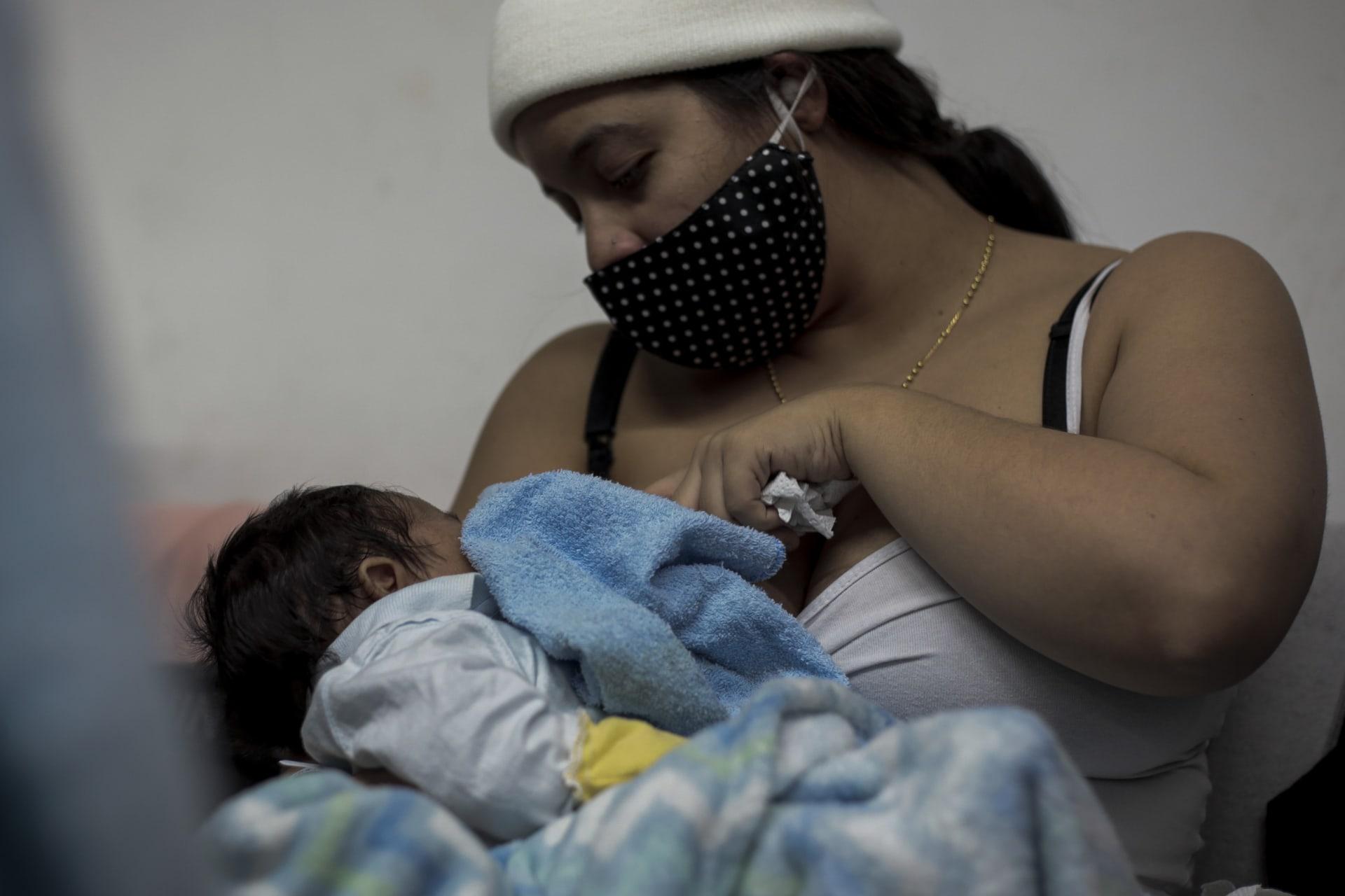 الصحة العالمية تنصح الأمهات المصابات بكورونا بمواصلة الرضاعة الطبيعية لأطفالهن