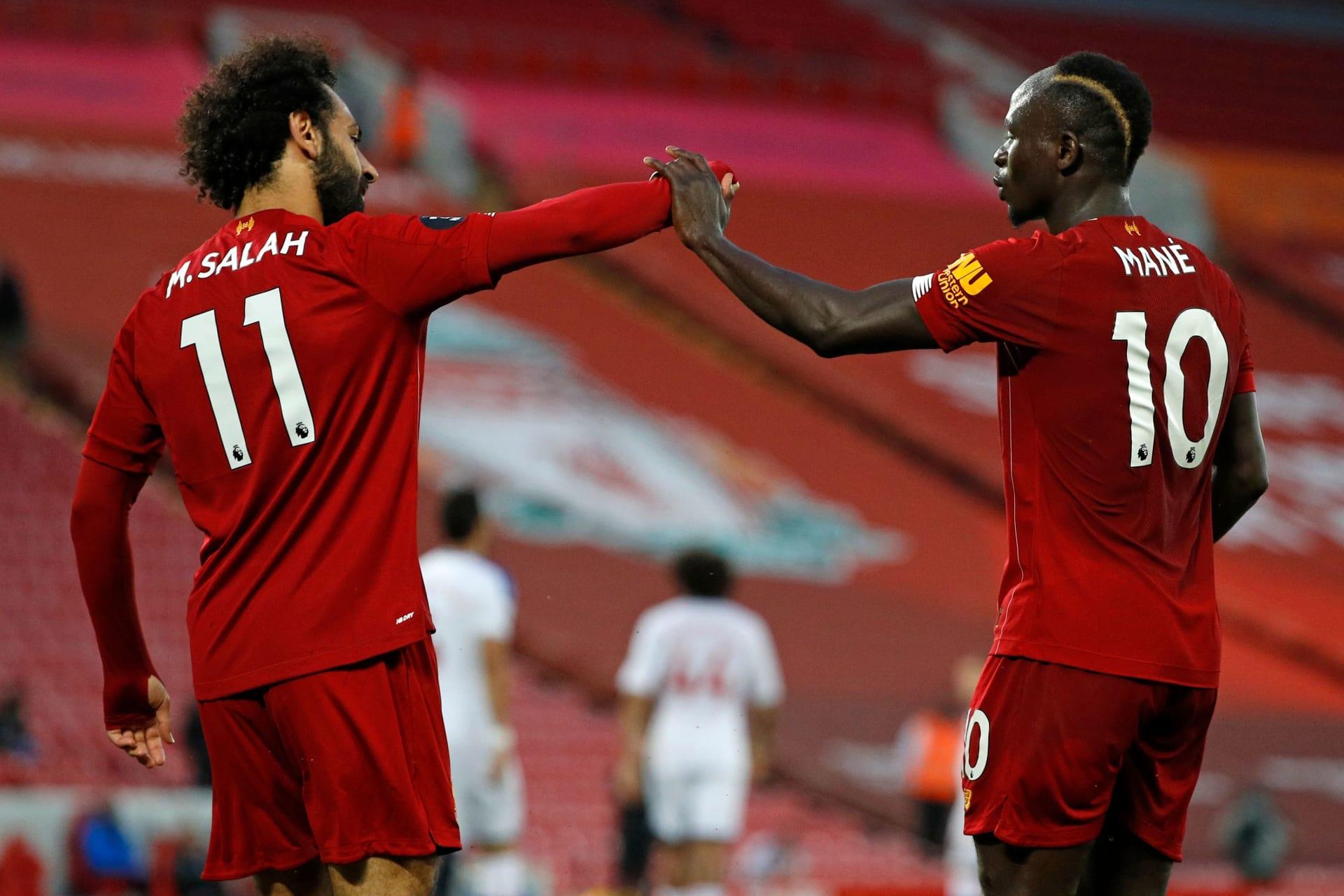 ساديو ماني ومحمد صلاح يتبادلان التحية بعد إحراز المهاجم المصري لهدف ليفربول الثاني في كريستال بالاس