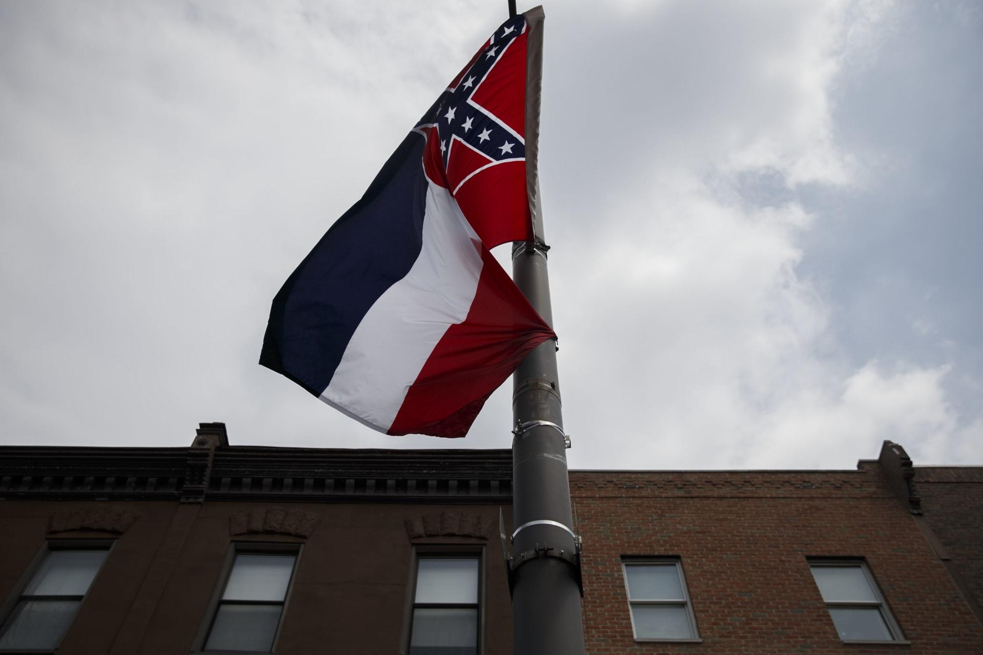 آخر ولاية أمريكية.. مُشرِعو ميسيسيبي يصوتون لصالح تغيير علمها لرمزه لحقبة العبودية