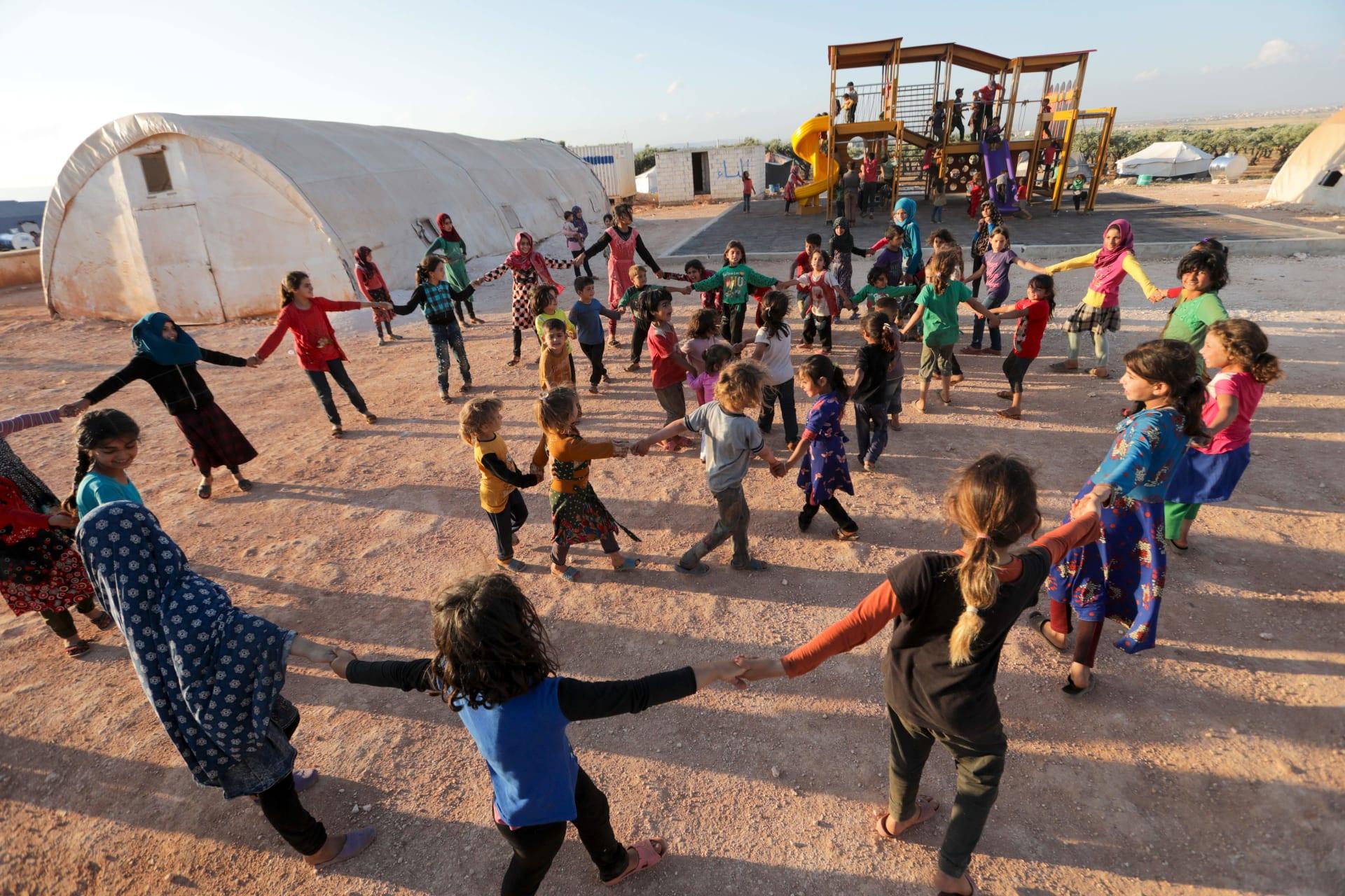 أطفال سوريون يلعبون في أحد مخيمات اللاجئين