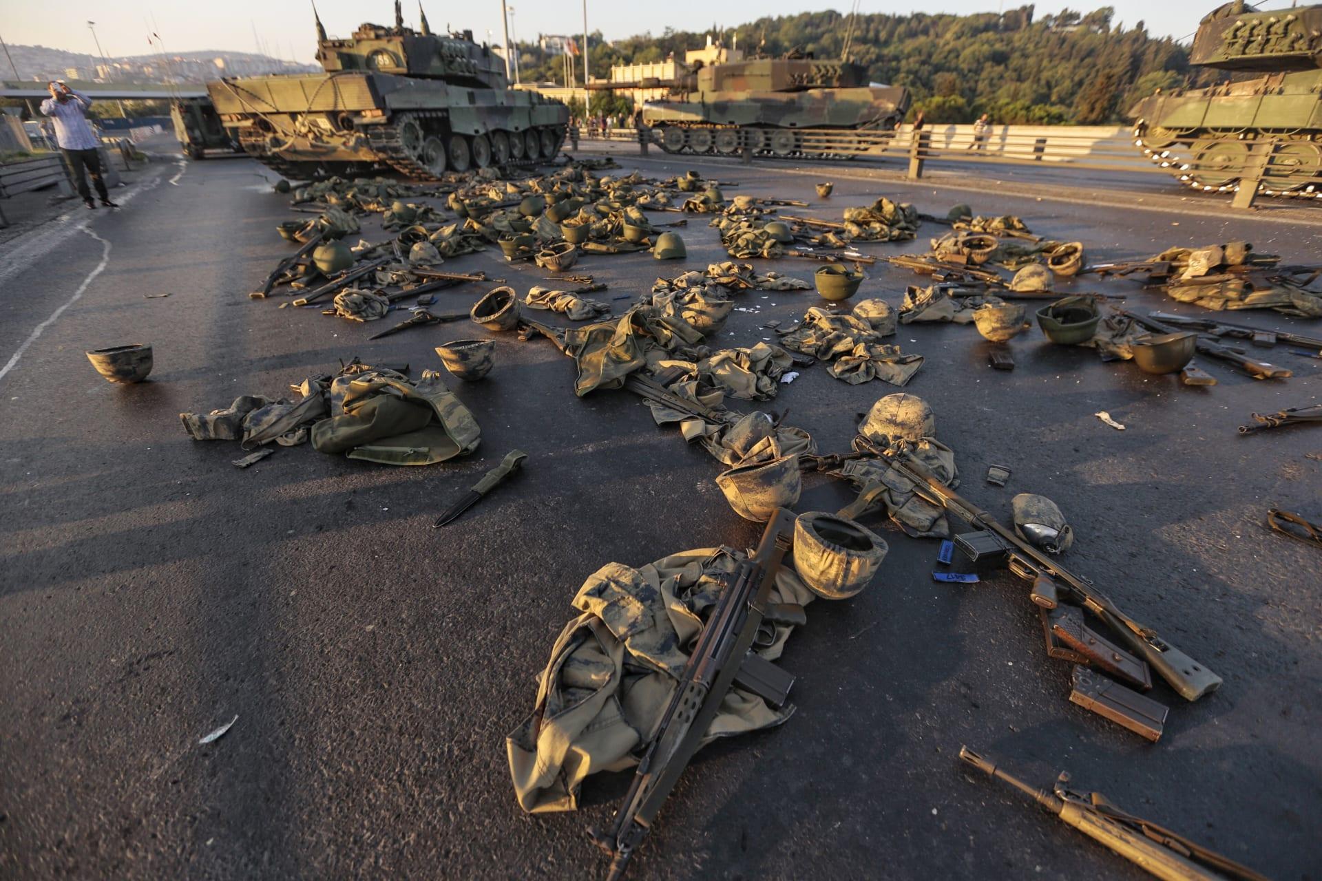 صورة أرشيفية لترك جنود أتراك أسلحتهم ومعداتهم بعد فشل محاولة الانقلاب 2016
