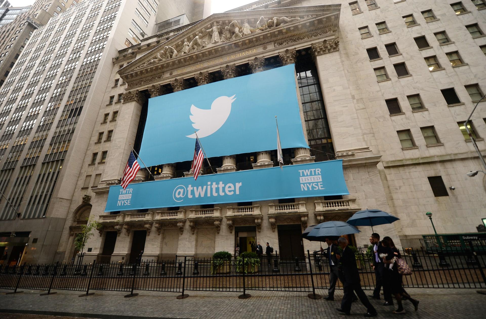 لافتة تحمل شعار موقع التدوينات القصيرة تويتر في بورصة الأوراق المالية في نيويورك