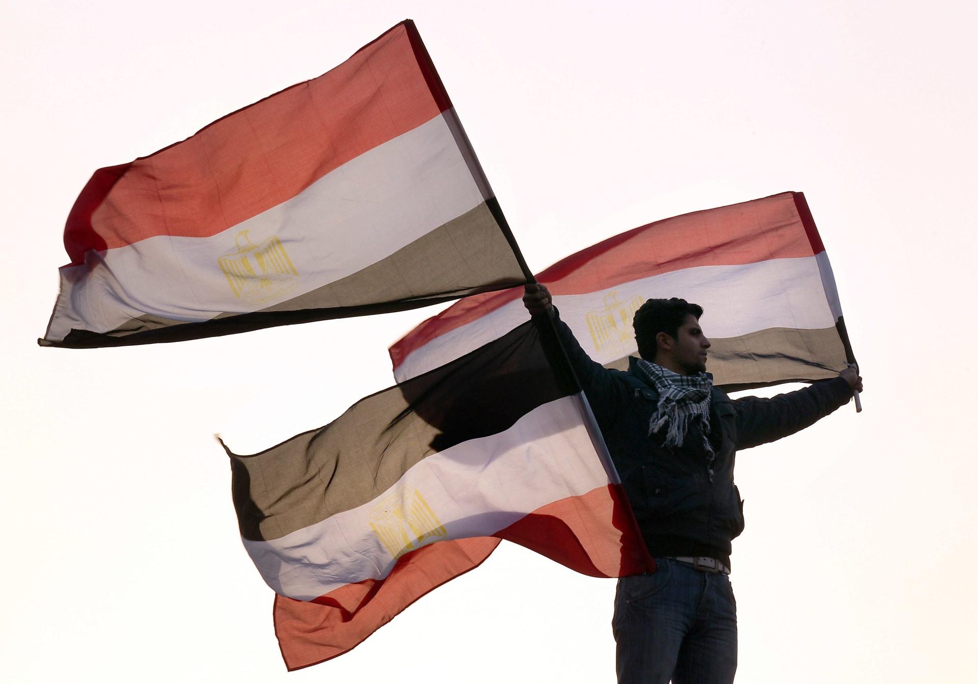صورة أرشيفية لشاب يرفع أعلام مصر
