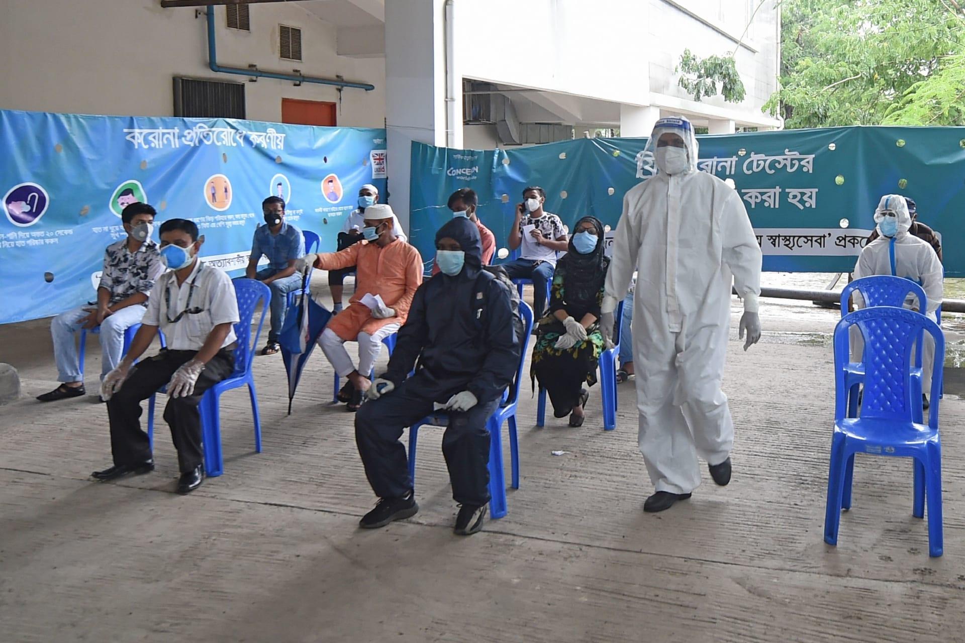 """بنغلاديش.. القبض على صاحب مستشفى لدى هروبه مرتديًا """"البرقع"""" بعد تزويره آلاف من اختبارات كورونا"""