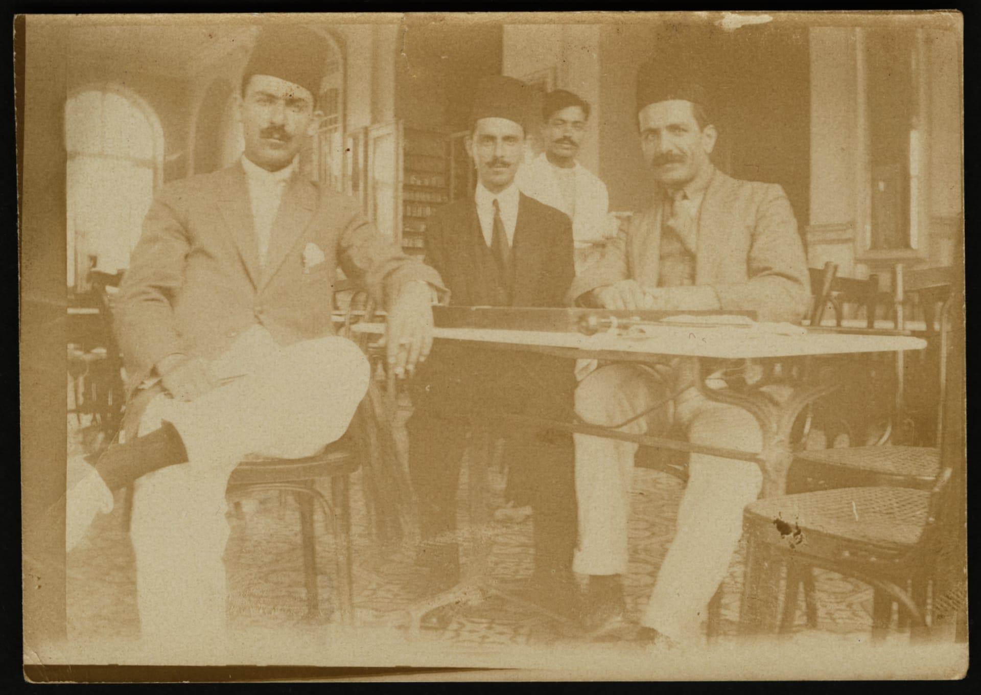 من بدلات أنيقة ولحظات محورية.. صور تعرض جوانب من الحياة بفسلطين قبل 100 عام