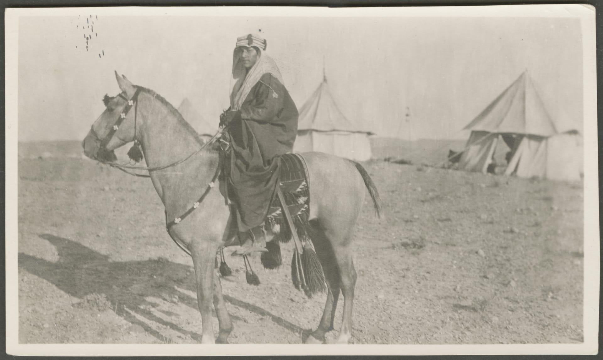 من بدلات أنيقة ولحظات محورية.. صور تعرض جوانب من الحياة بفلسطين قبل 100 عام
