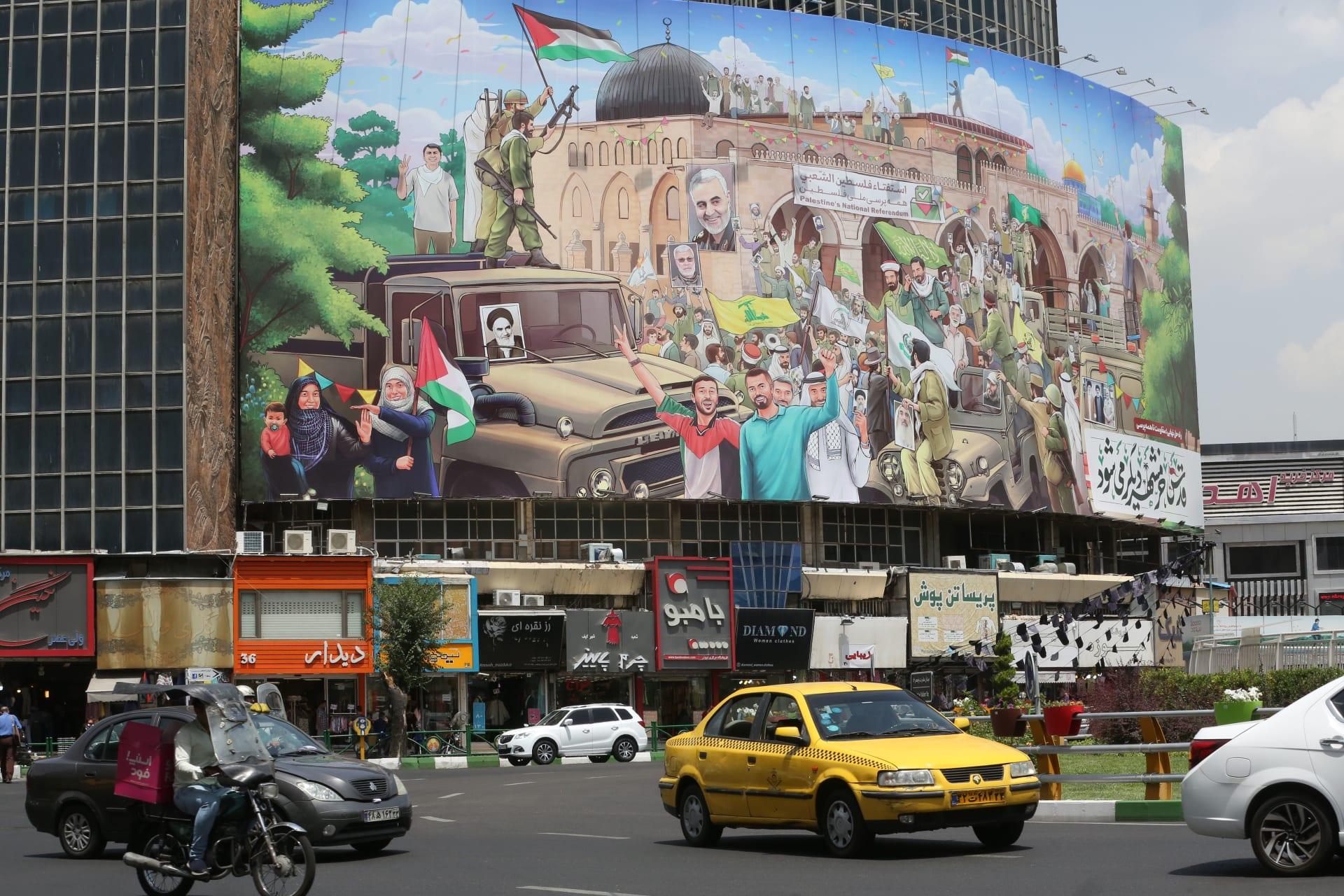 لوحة جدارية في وسط العاصمة الإيرانية طهران إحياءً لذكرى قاسم سليماني قائد فيلق القدس
