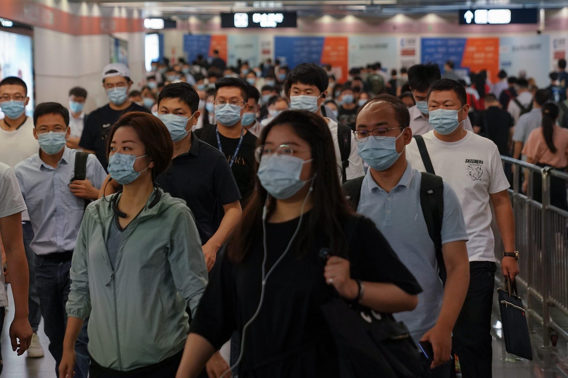 المئات في العاصمة الصينية بكين يرتدون أقنعة طبية للوقاية من فيروس كورونا المستجد
