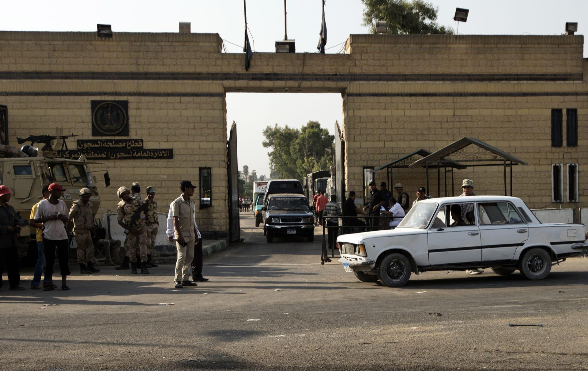 قوات الأمن المصرية أمام أحد السجون في القاهرة
