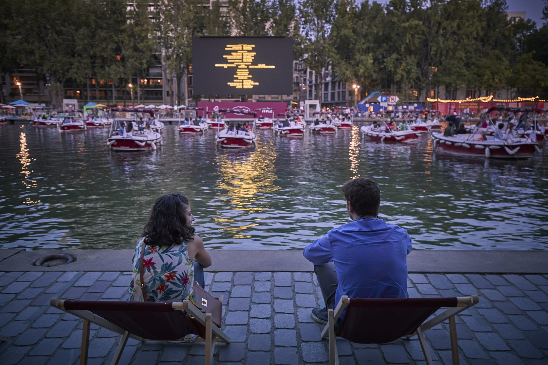 بقوارب متباعدة اجتماعياً.. نهر السين في باريس يتحول لسينما عائمة في ظل جائحة كورونا