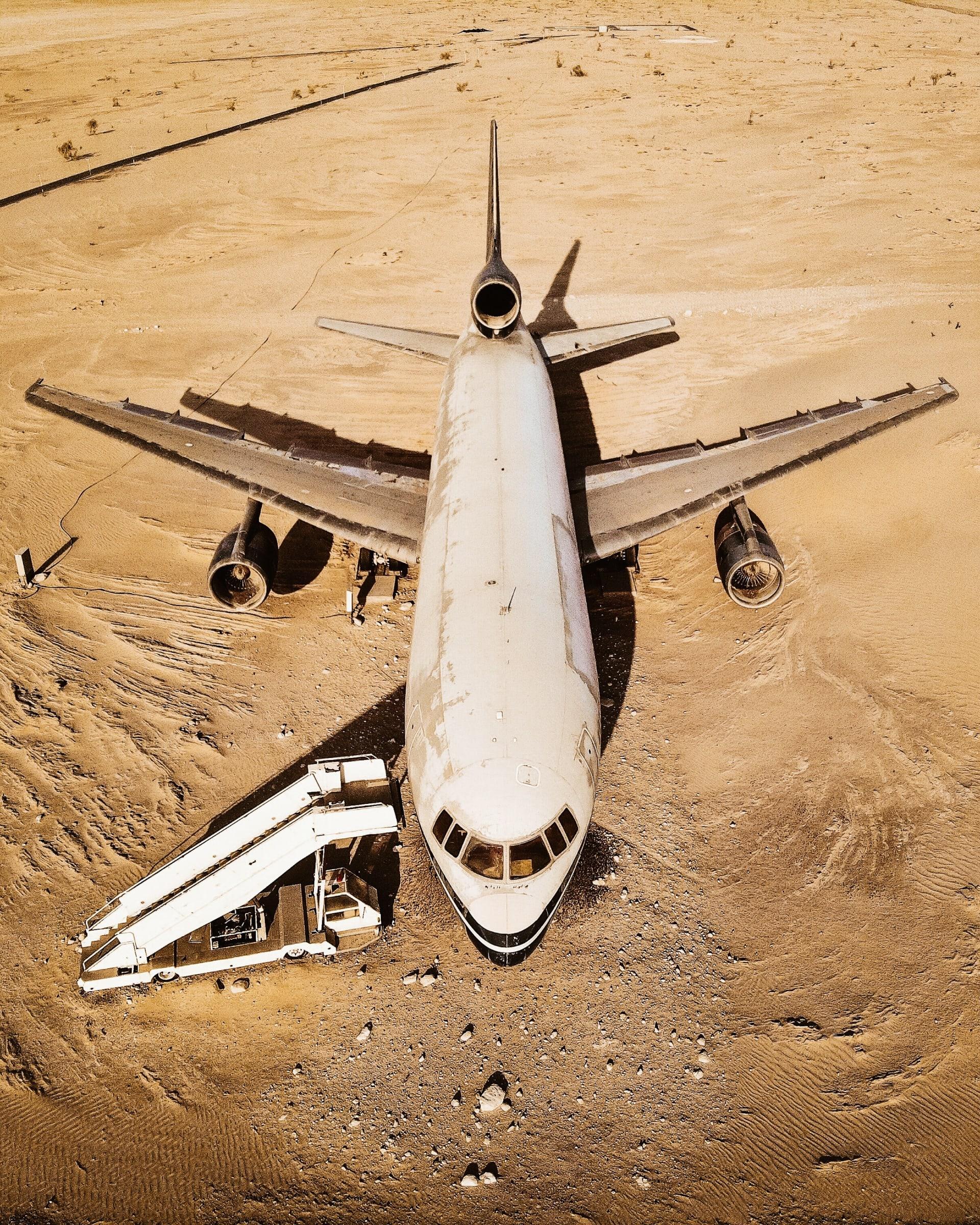 ليست محض سراب..ما حقيقة هذه الطائرة المهجورة وسط صحراء أبوظبي؟