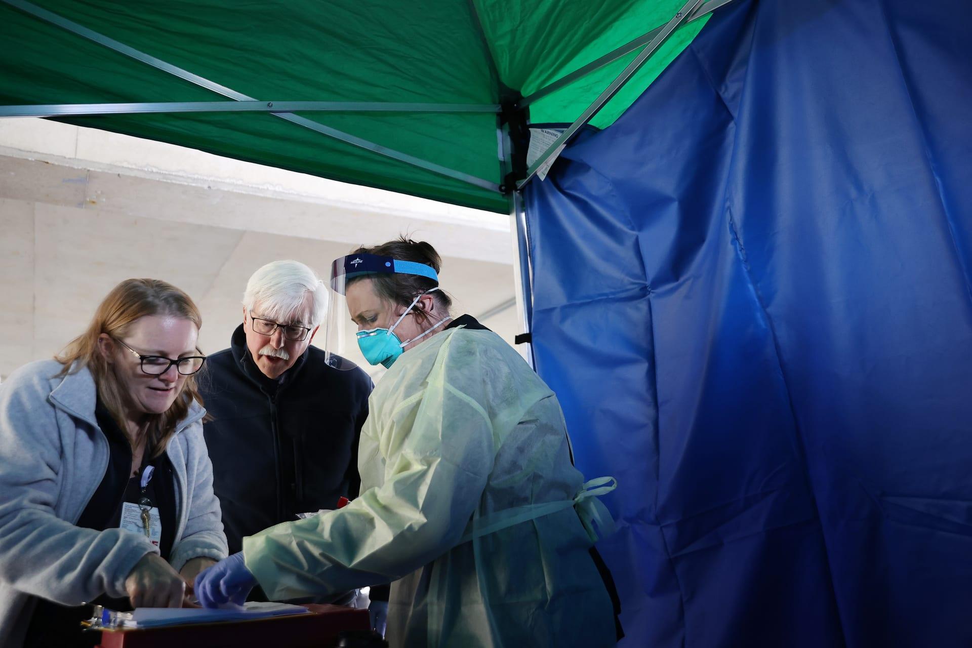فريق طبي يجري اختبارات للكشف عن فيروس كورونا في الولايات المتحدة