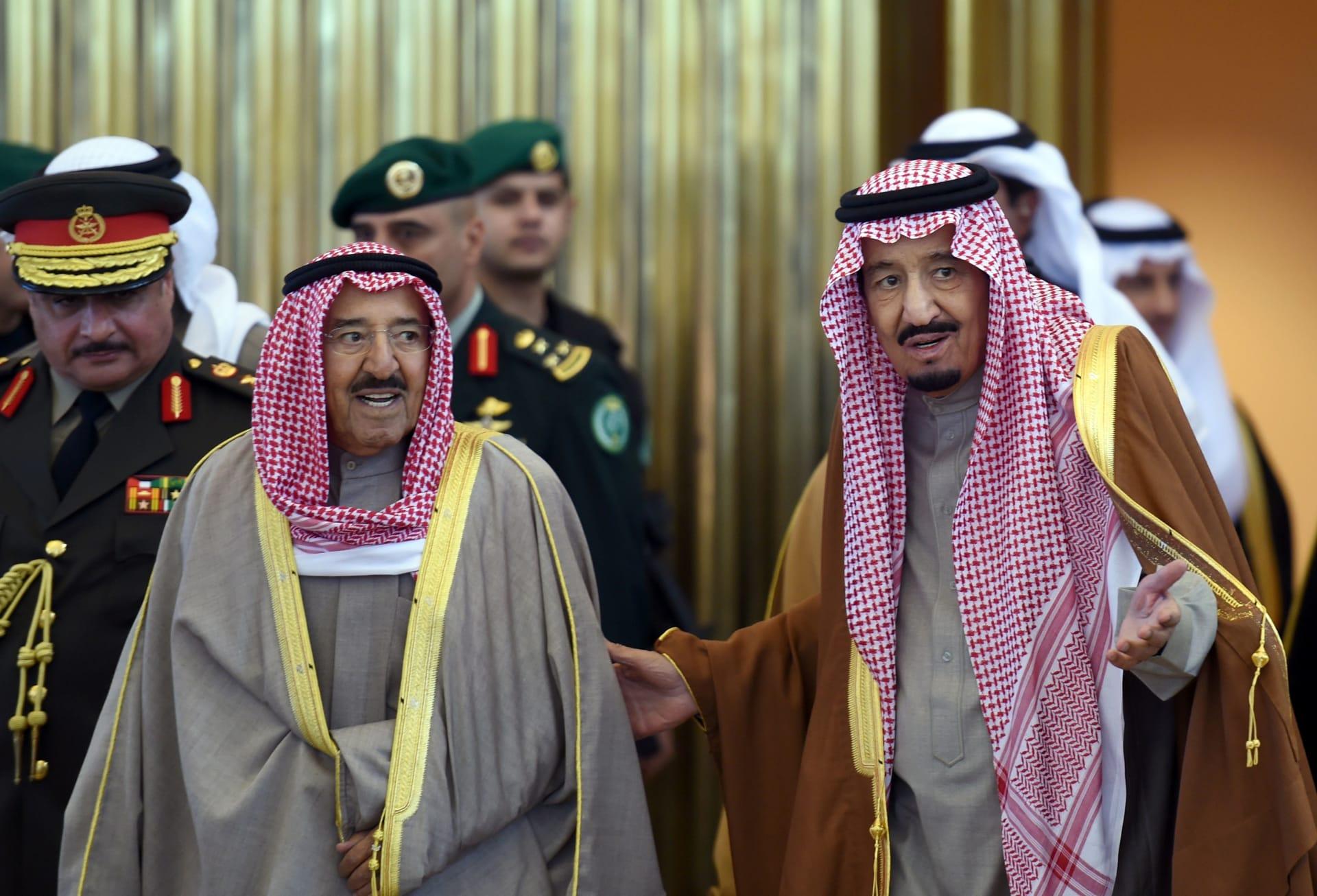 صورة أرشيفية للعاهل السعودي يستقبل أمير الكويت في الرياض