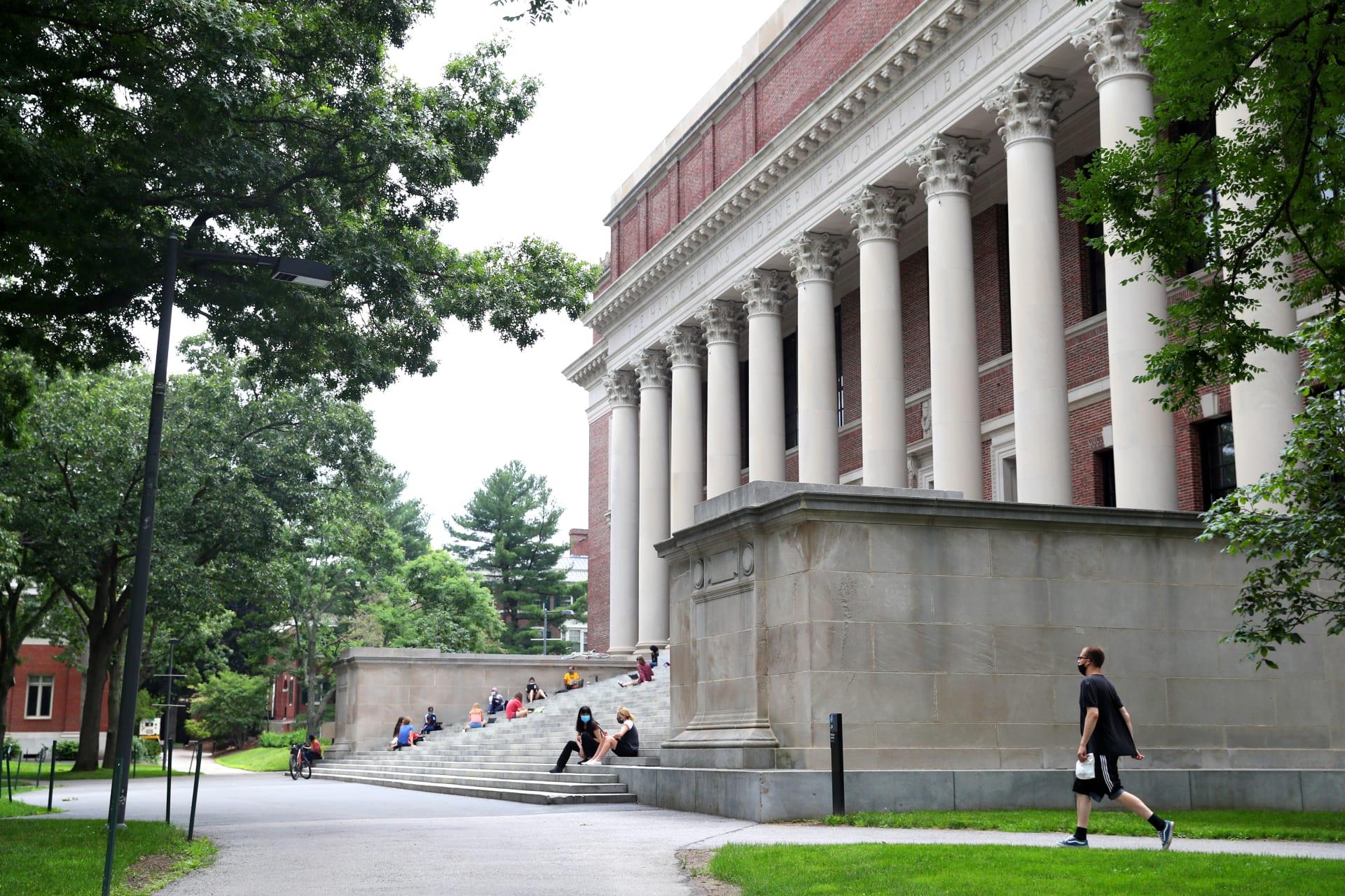 إدارة الهجرة الأمريكية: لن يسمح للطلاب الأجانب الجدد بدخول الولايات المتحدة