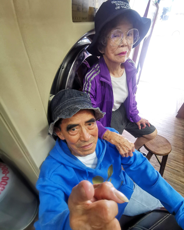 في تايوان.. ثنائي عجوز يديران مغسلة يسحران مواقع التواصل بعد التأنق بملابس زبائنهم المنسية