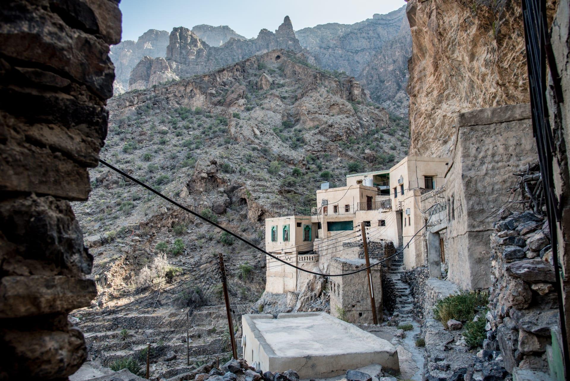 ما وراء هذا المسار الخطر.. استكشف هذه القرية العمانية المموهة بين الصخور