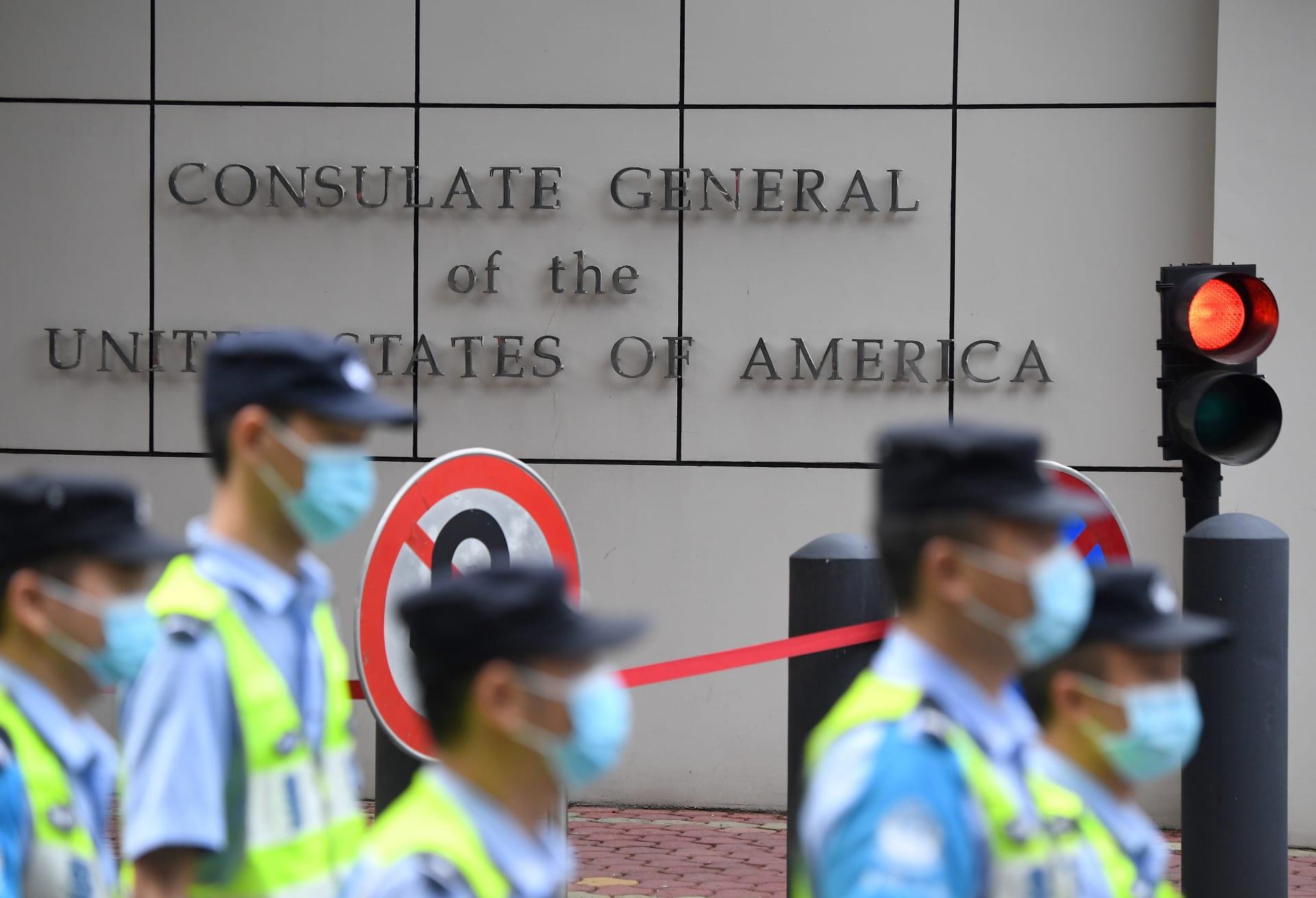 إنزال العلم الأمريكي عن قنصلية واشنطن في تشنغدو بالصين