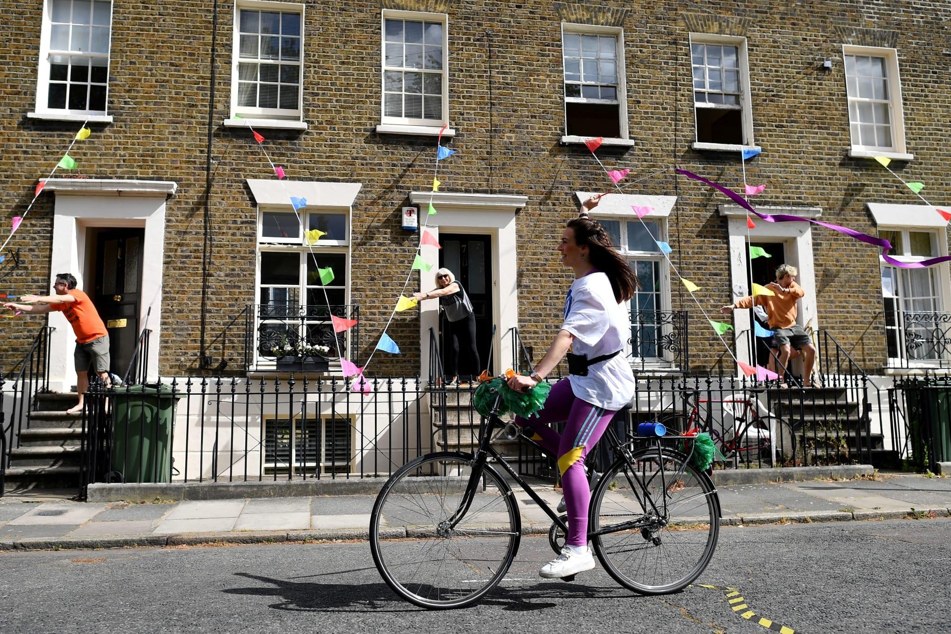 بريطانيا تكشف عن خطة بقيمة 2.58 مليار دولار للتشجيع على ركوب الدراجات والمشي